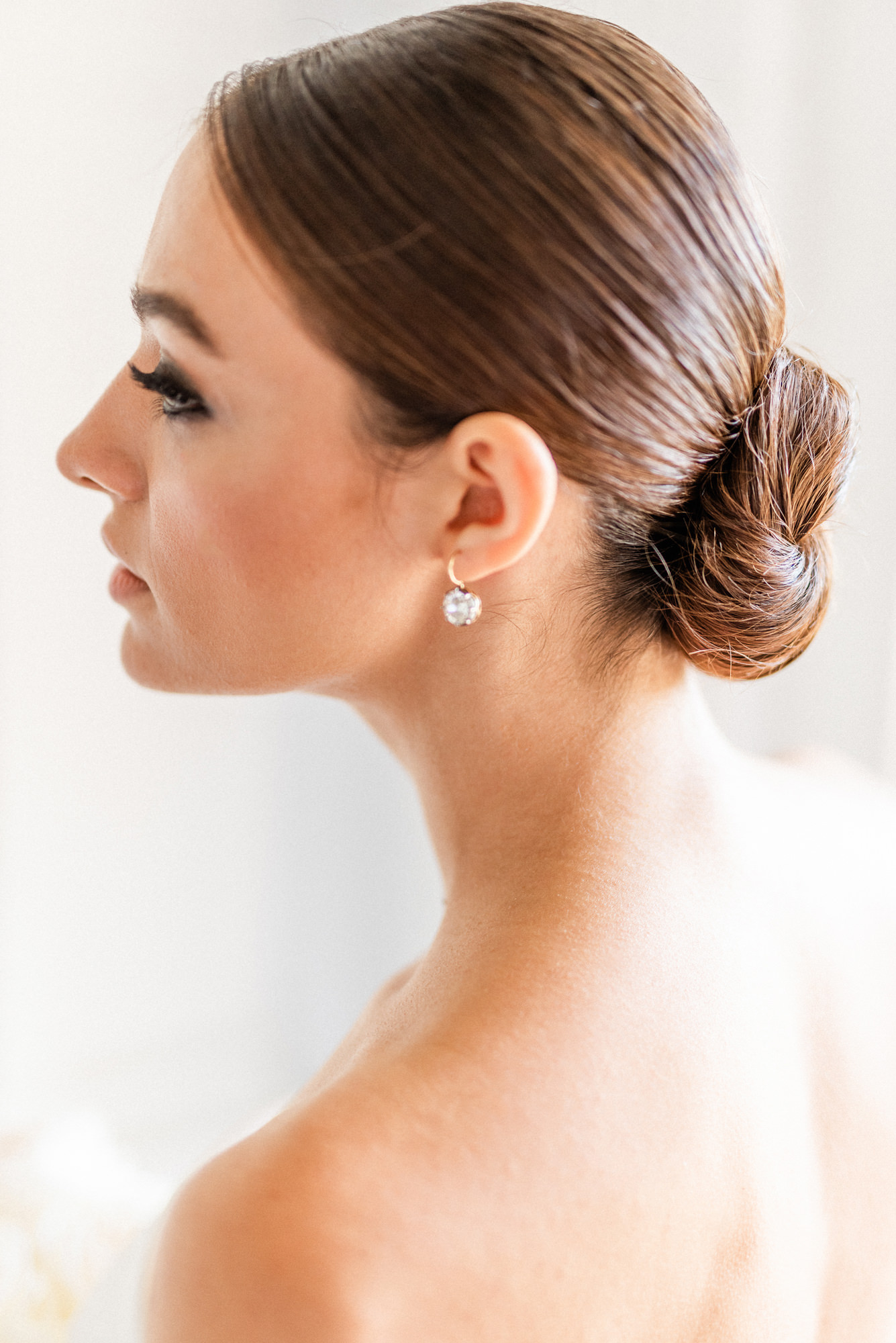 Brunette bride with chignon and sqaure diamond earrings - photo by Gianluca Adovasio Photography