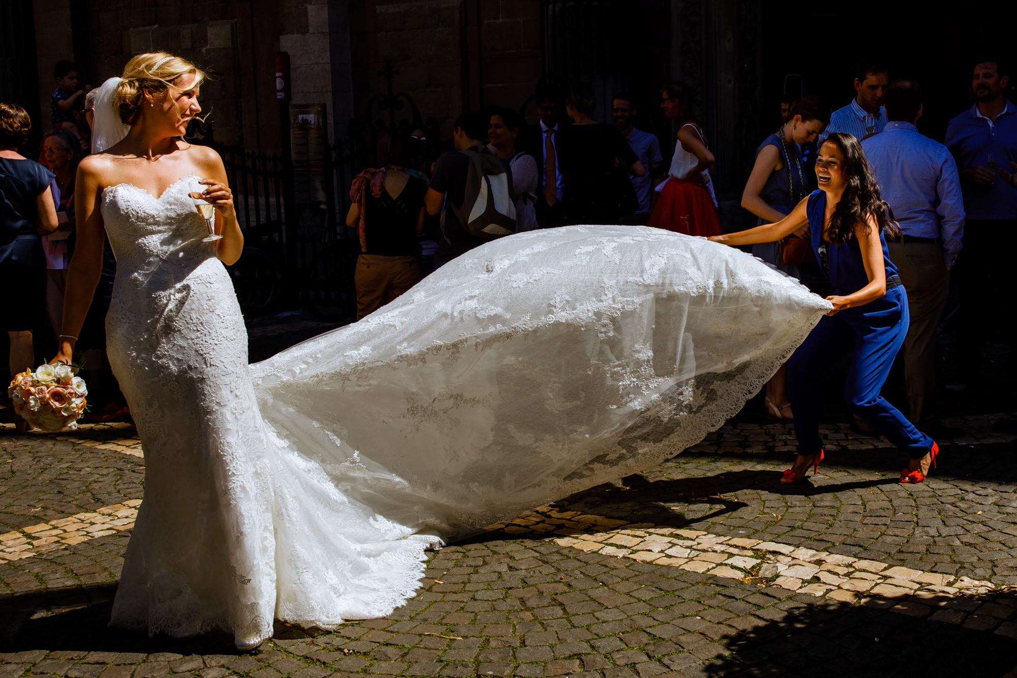 Guests helps bride wiht runaway train - photo by Phillipe Swiggers