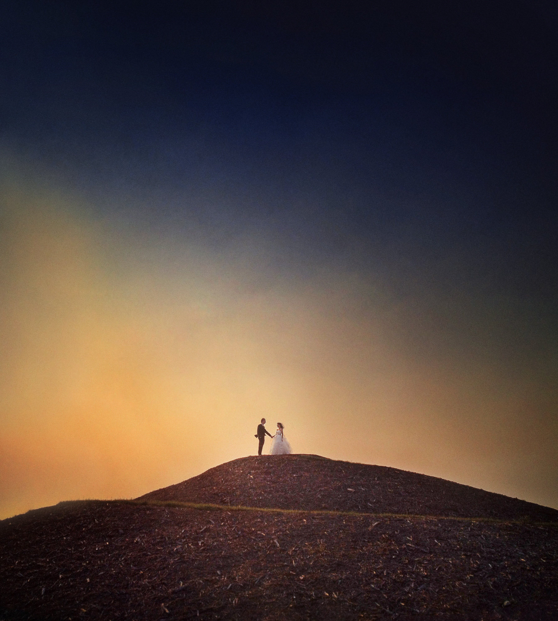 Lovely composition of couple on mountain against sunset - Studio Imprressions