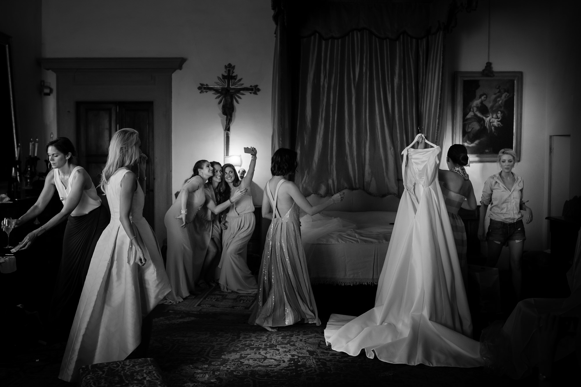 Documentary photo of bridesmaids and bride getting ready by David Bastianoni