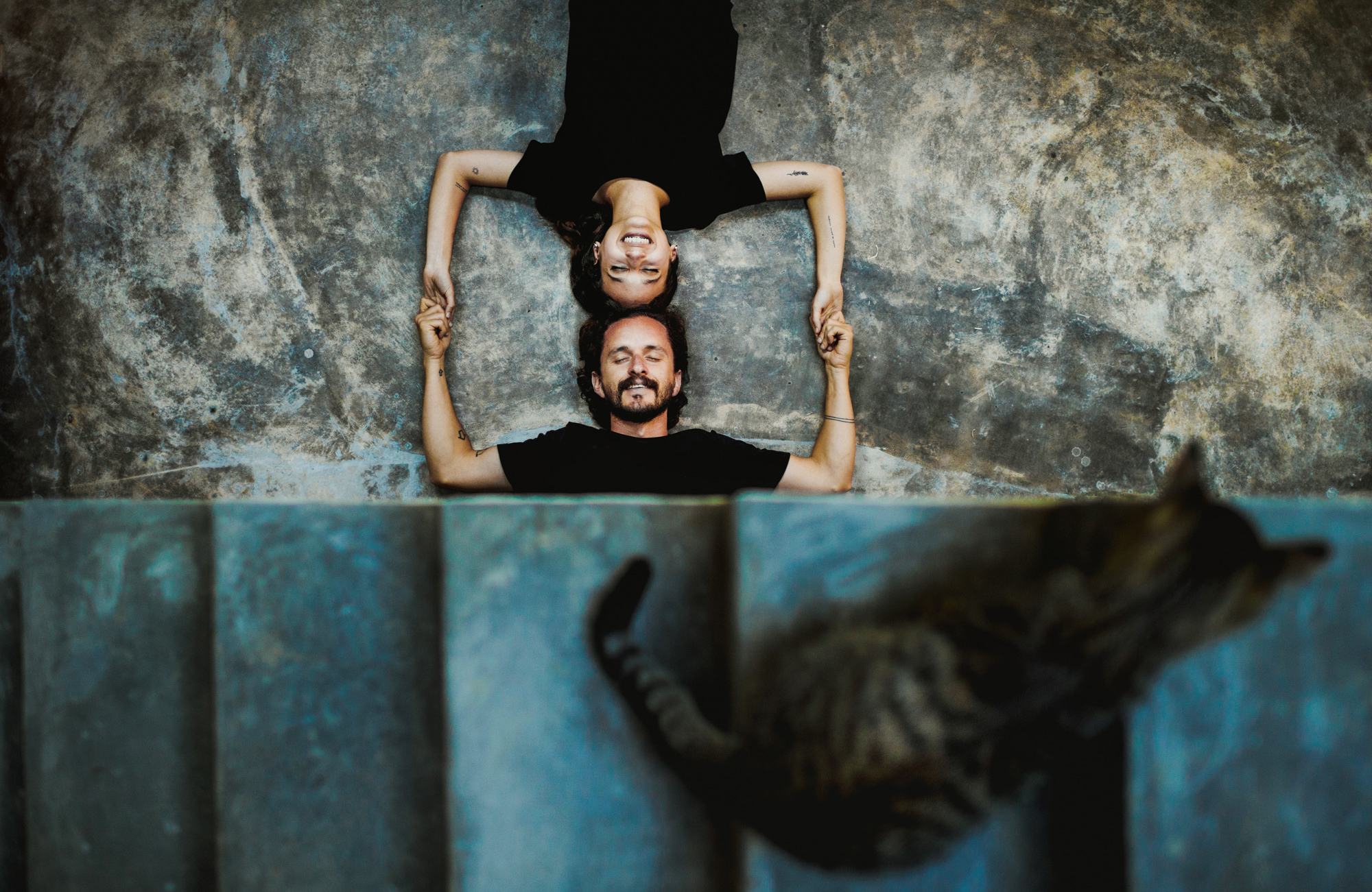 Creative engagment portrait of couple lying down by Fer Juaristi