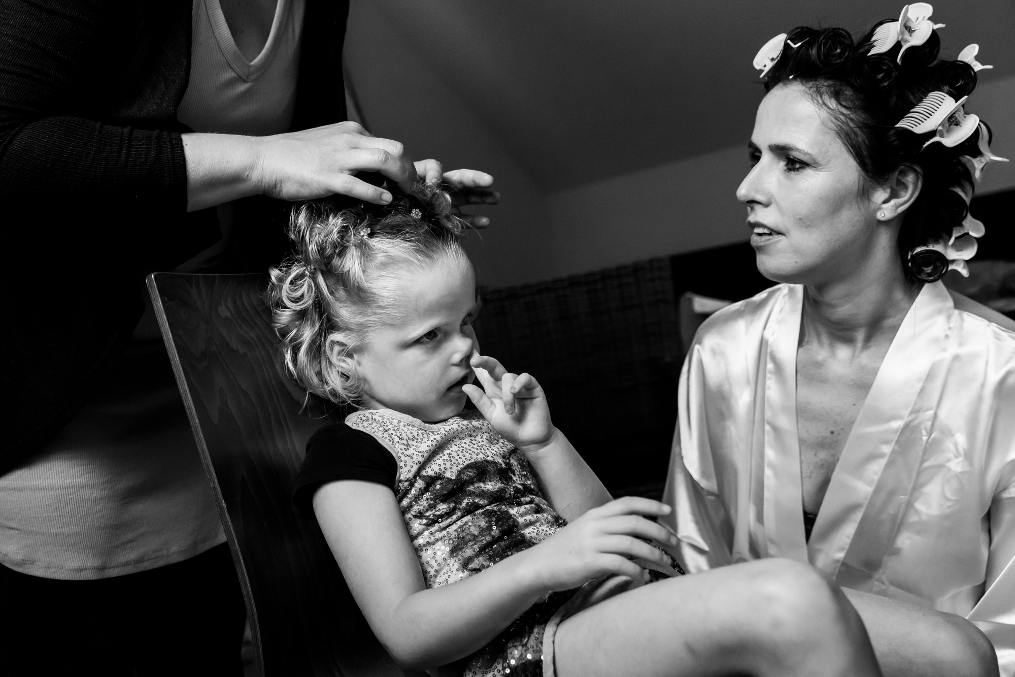 Child picking nose with bride in curlers photo by Fotobelle: Isabelle Hattink