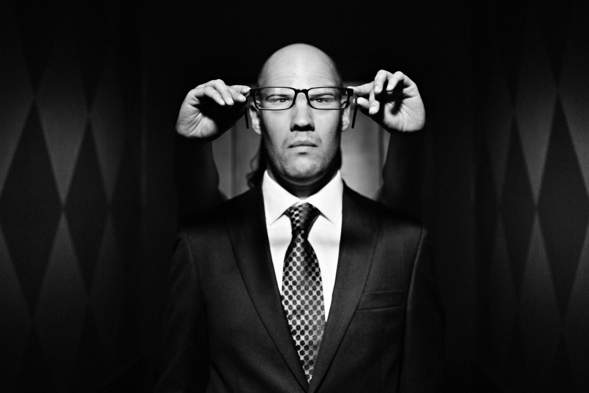 Funny portrait of groom with glasses - PhotoJJ
