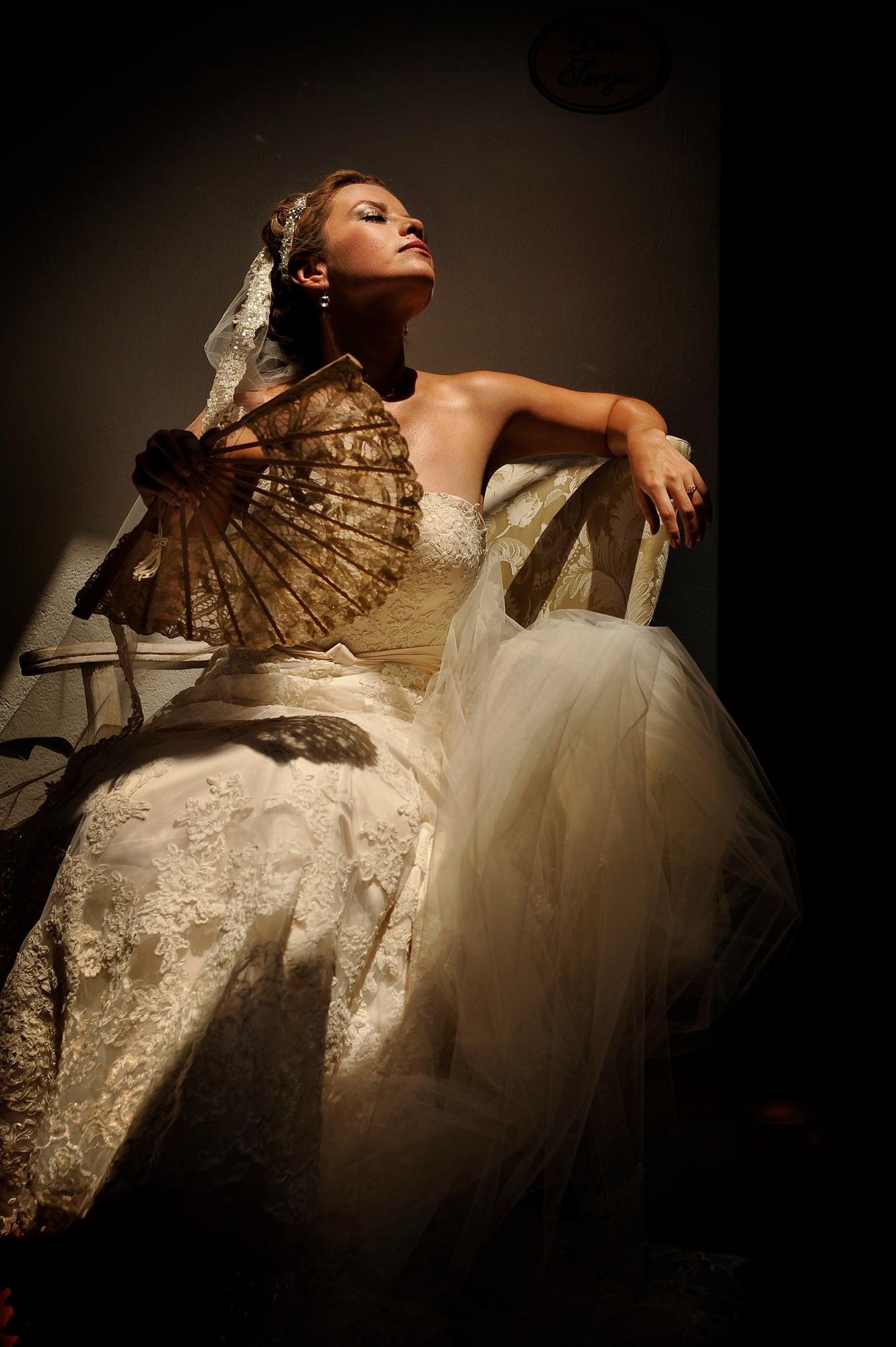 Portrait of bride with lace fan  - Daniel Aguilar Photographer