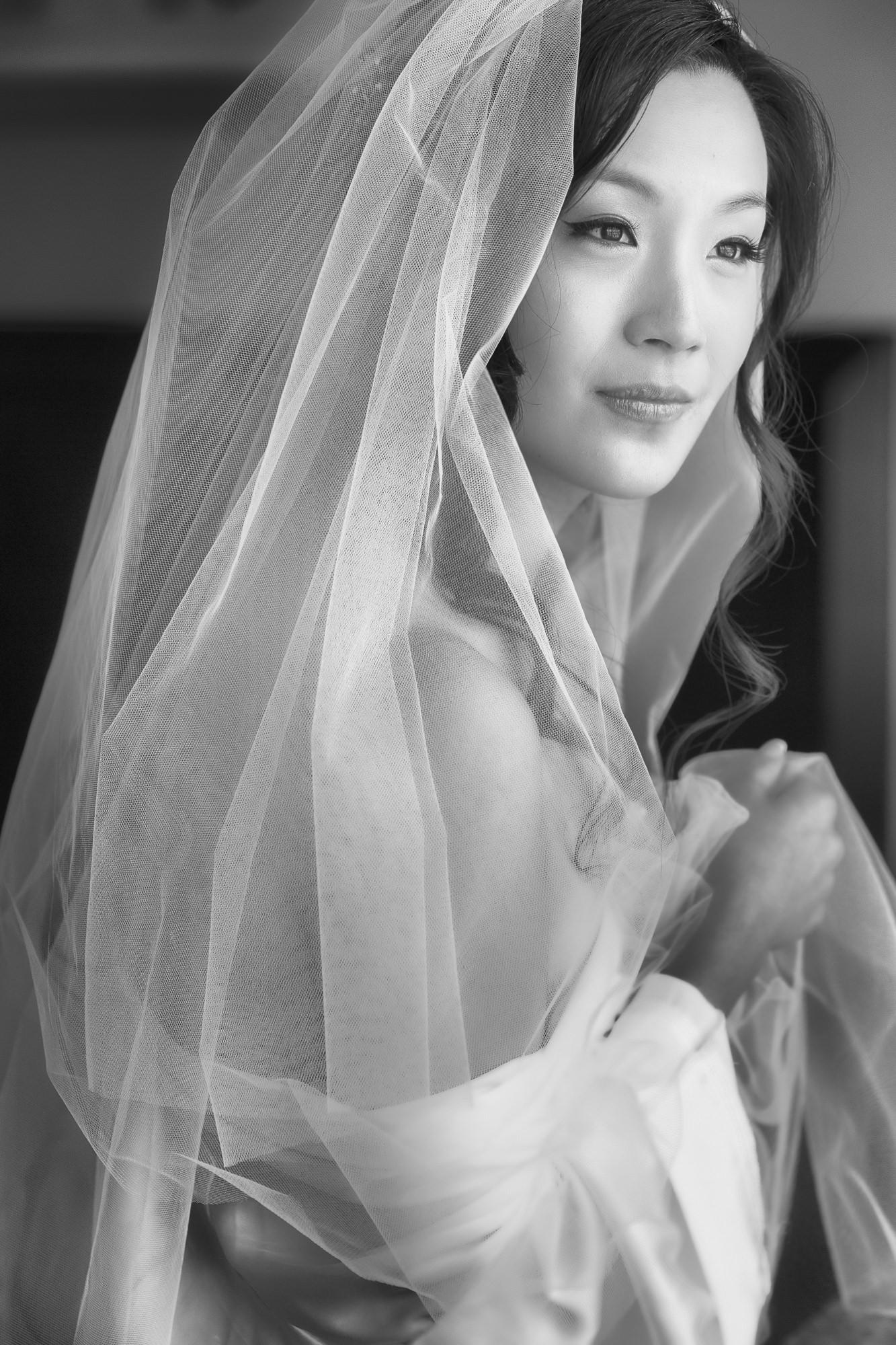 Beautiful portrait of Asian bride with veil - Roberto Valenzuela Weddings