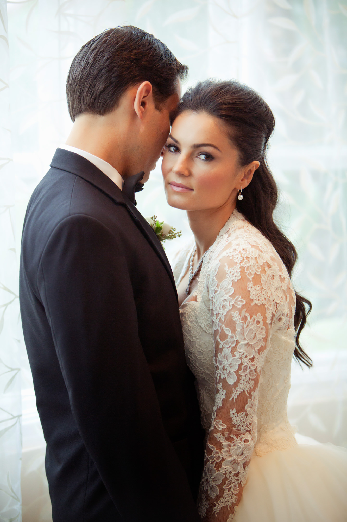 Elegant portrait of bride with groom  - Roberto Valenzuela Weddings