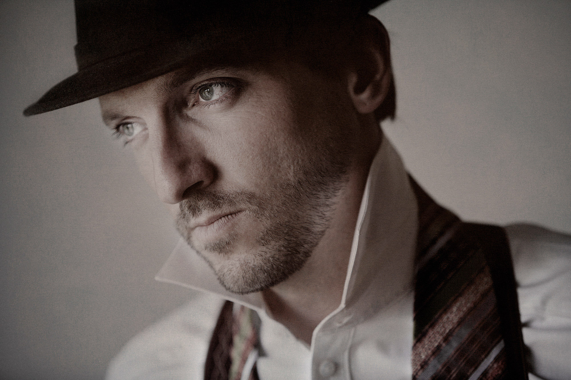 Portrait of blue-eyed groom in hat - photo by Jerry Ghionis - Nevada and Australia