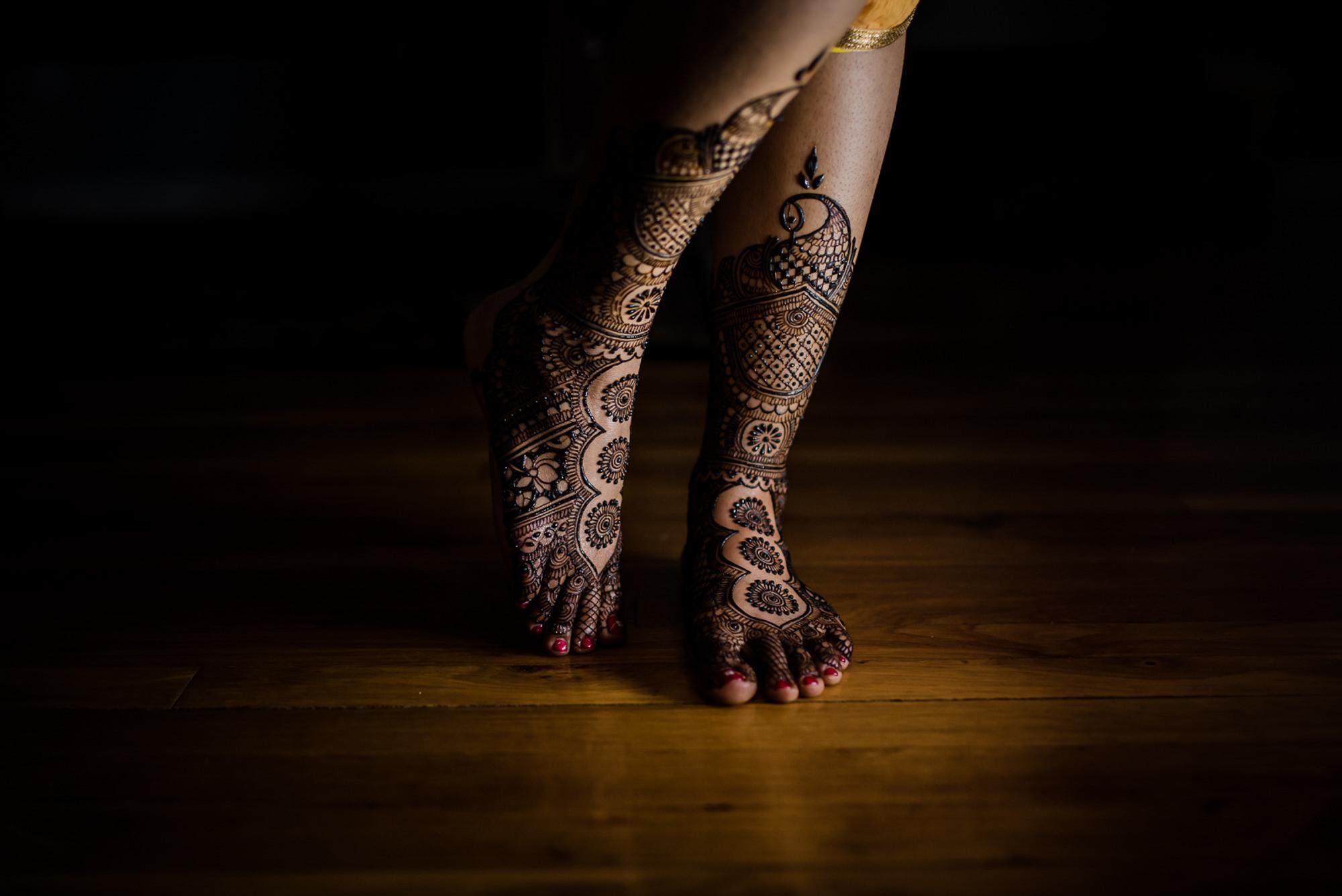 Elaborate henna design on bride's feet - photo by Rimi Sen