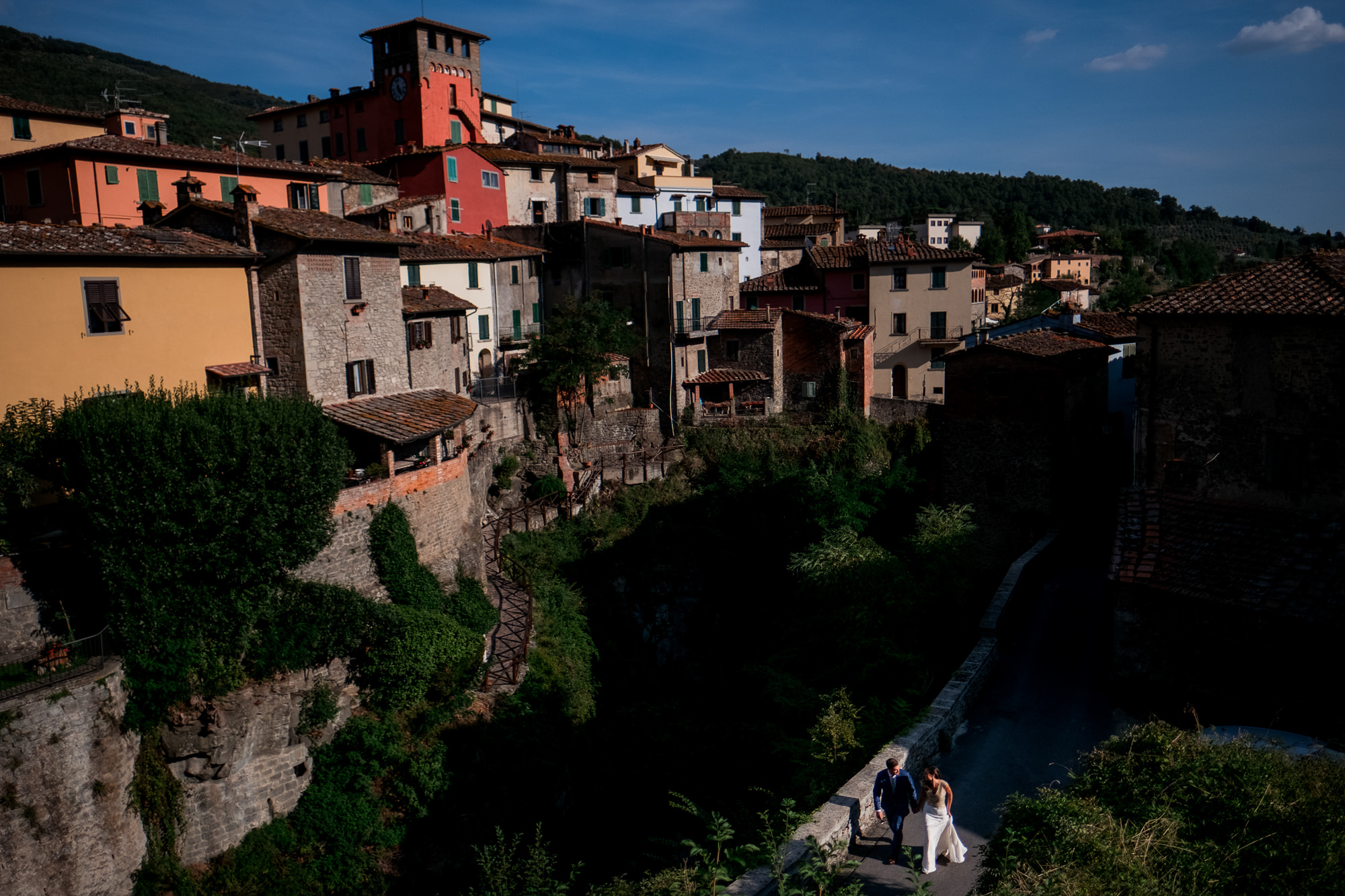 Landscape photo with couple in corner Italy photo by Nordica Photography