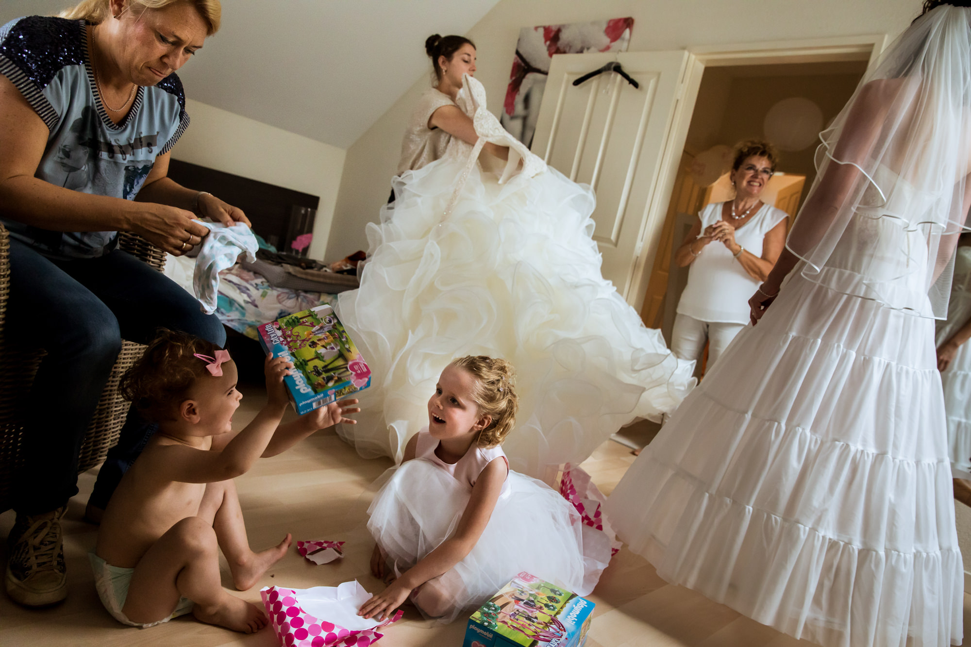 Layered busy bridal room getting ready photo by Fotobelle: Isabelle Hattink