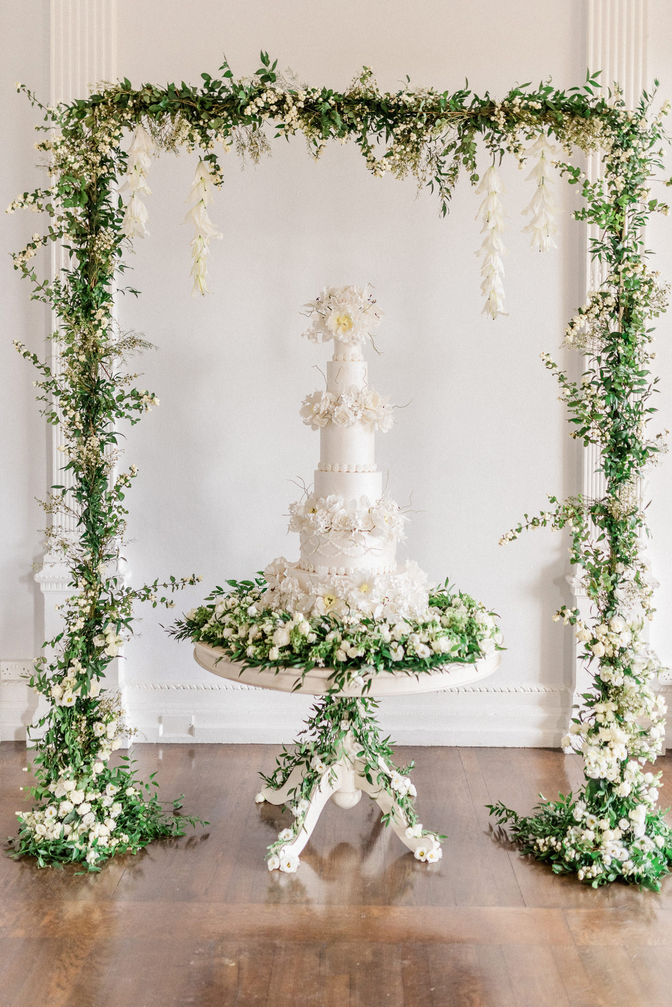 Six tierd fondant cake with white roses - photo by Gianluca Adovasio Photography
