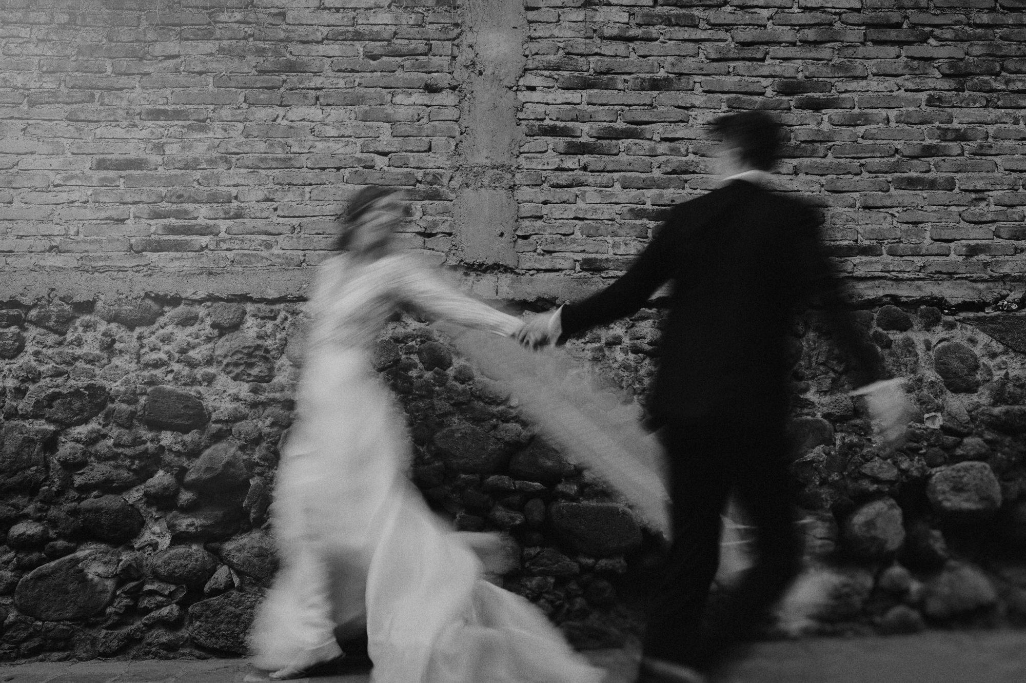 Long exposure of bride and groom dancing - photo by Fer Juaristi
