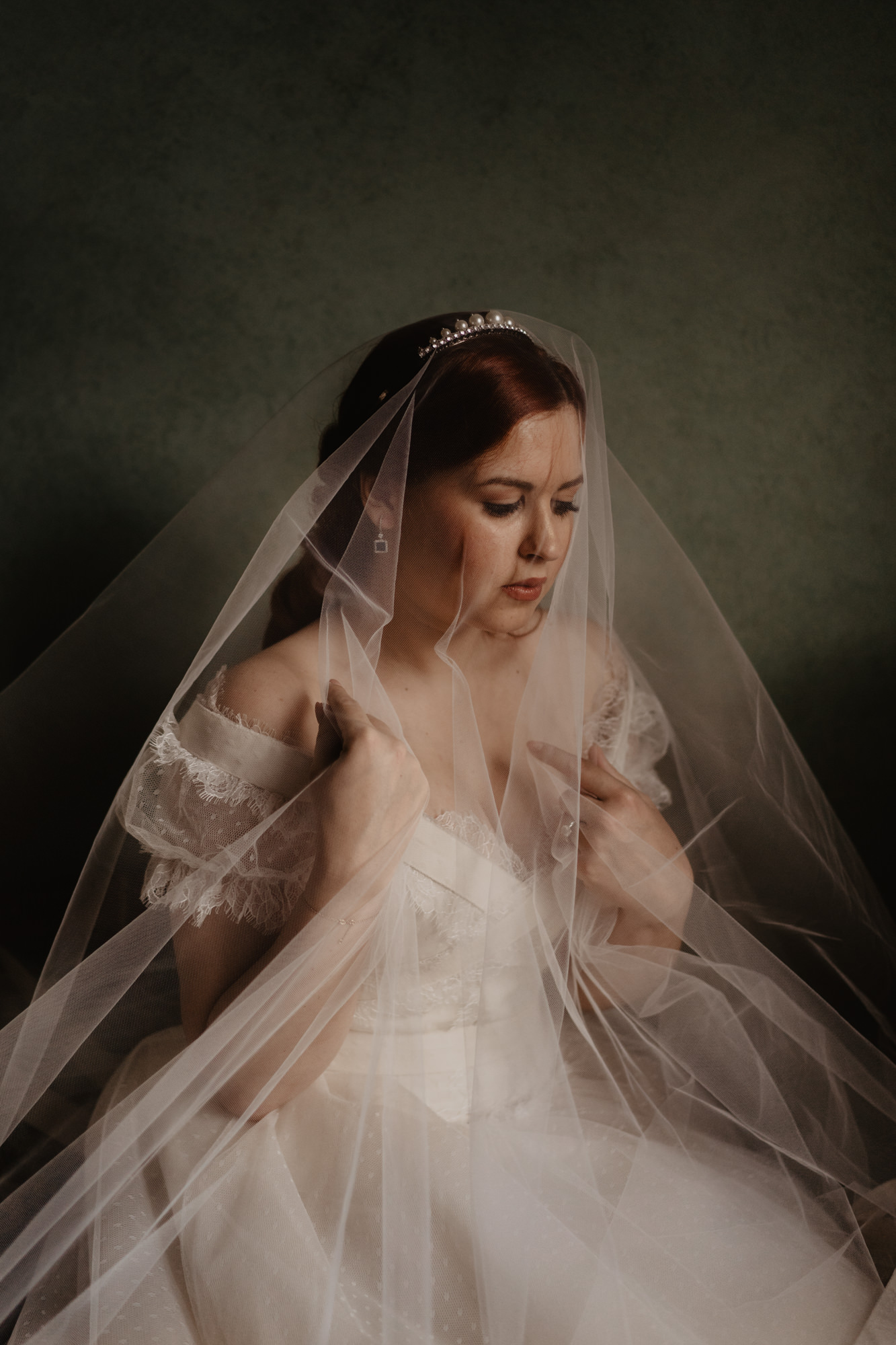 Rembrandt light portrait of red-haired bride with veil photo by David Bastianoni, Italy wedding photographer