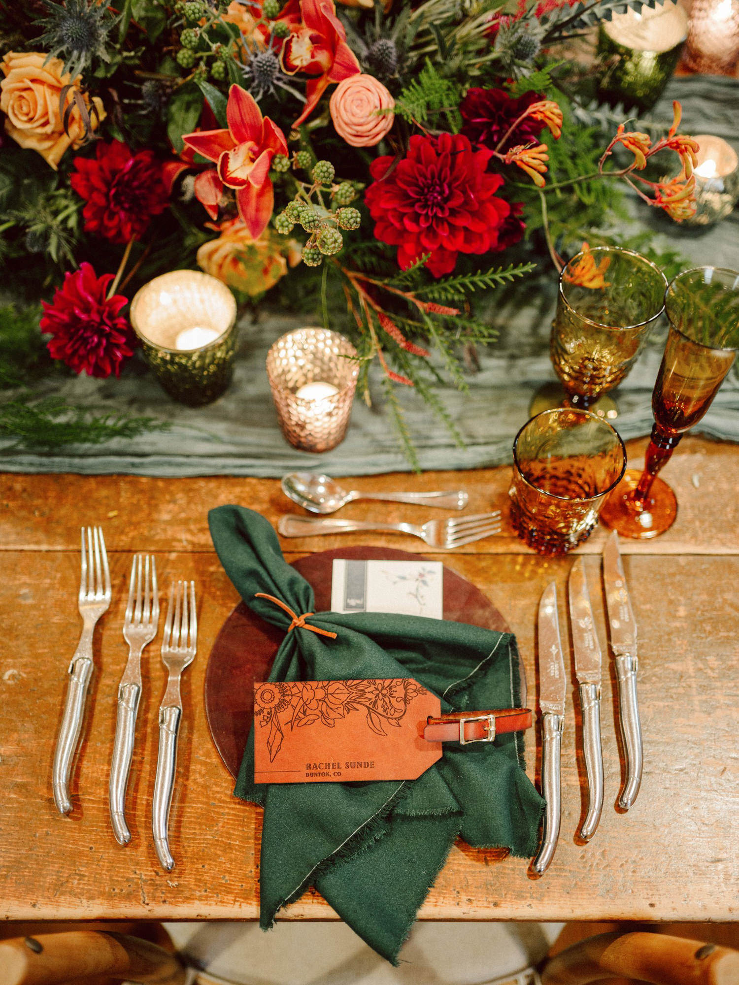 Rustic table setting with green serviettes  and amber glass - Photo by Benj Haisch