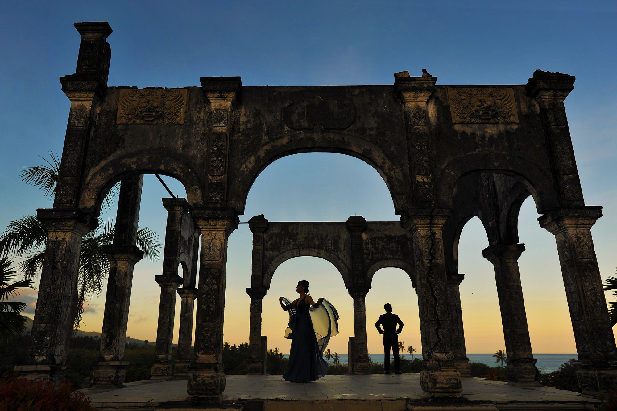 Silhouette of bride and groom and Mayan ruins - Daniel Aguilar Photographer