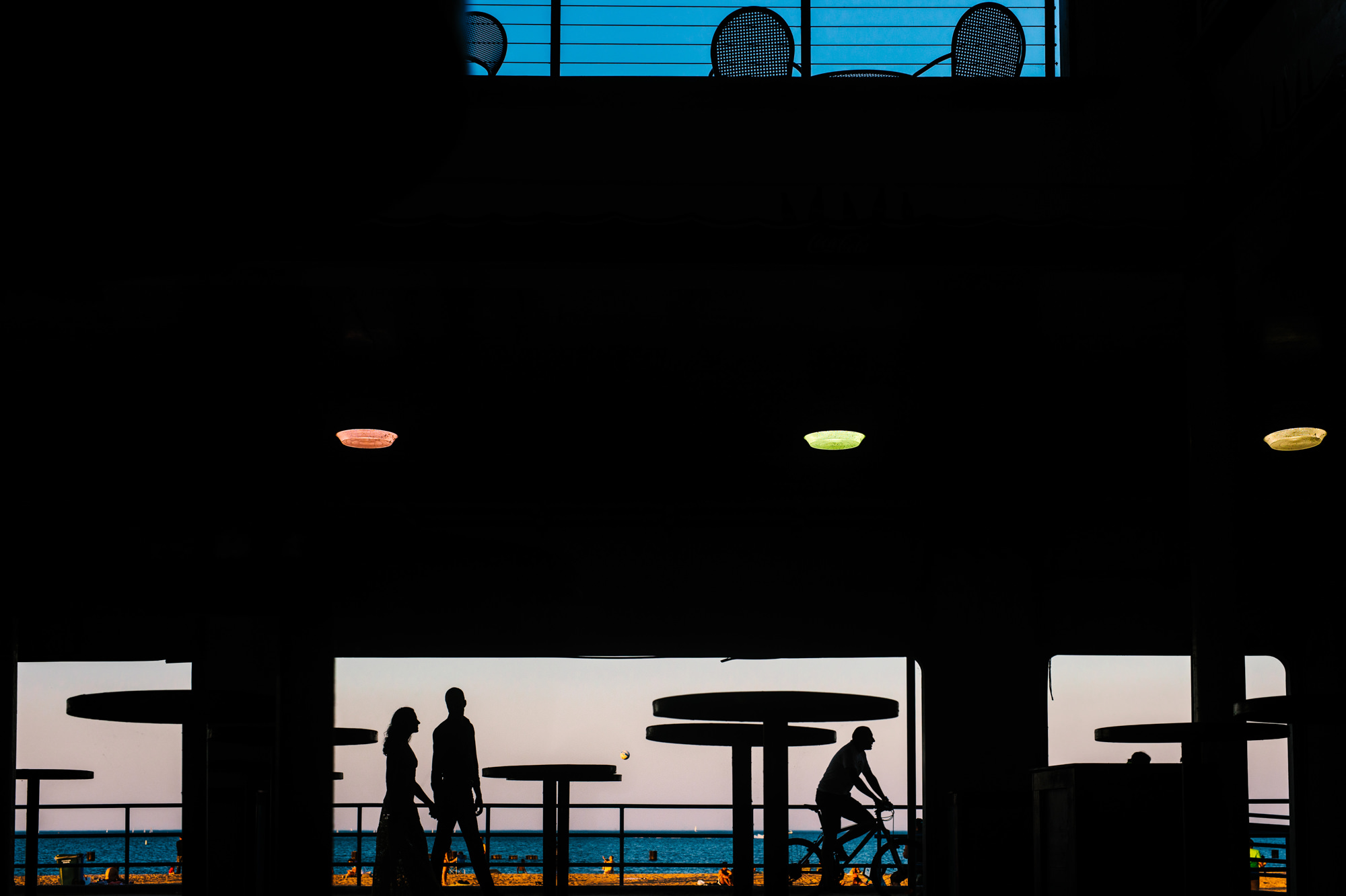 Silhouette of couple on ferry, photo by Yves Schepers, Belgium wedding photographers