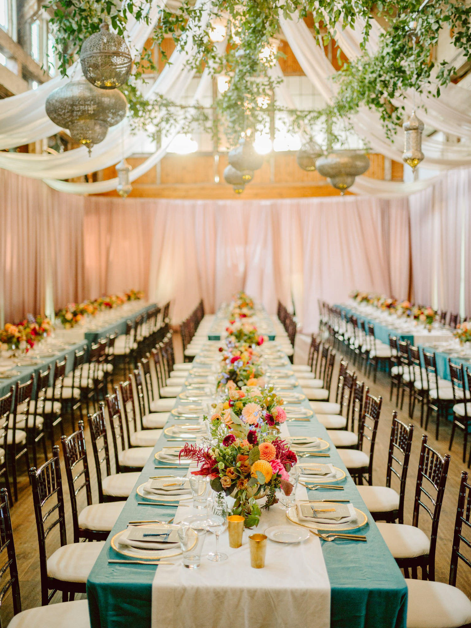 Reception decor with light blue tablecoths and dahlia bouquets - Photo by Benj Haisch
