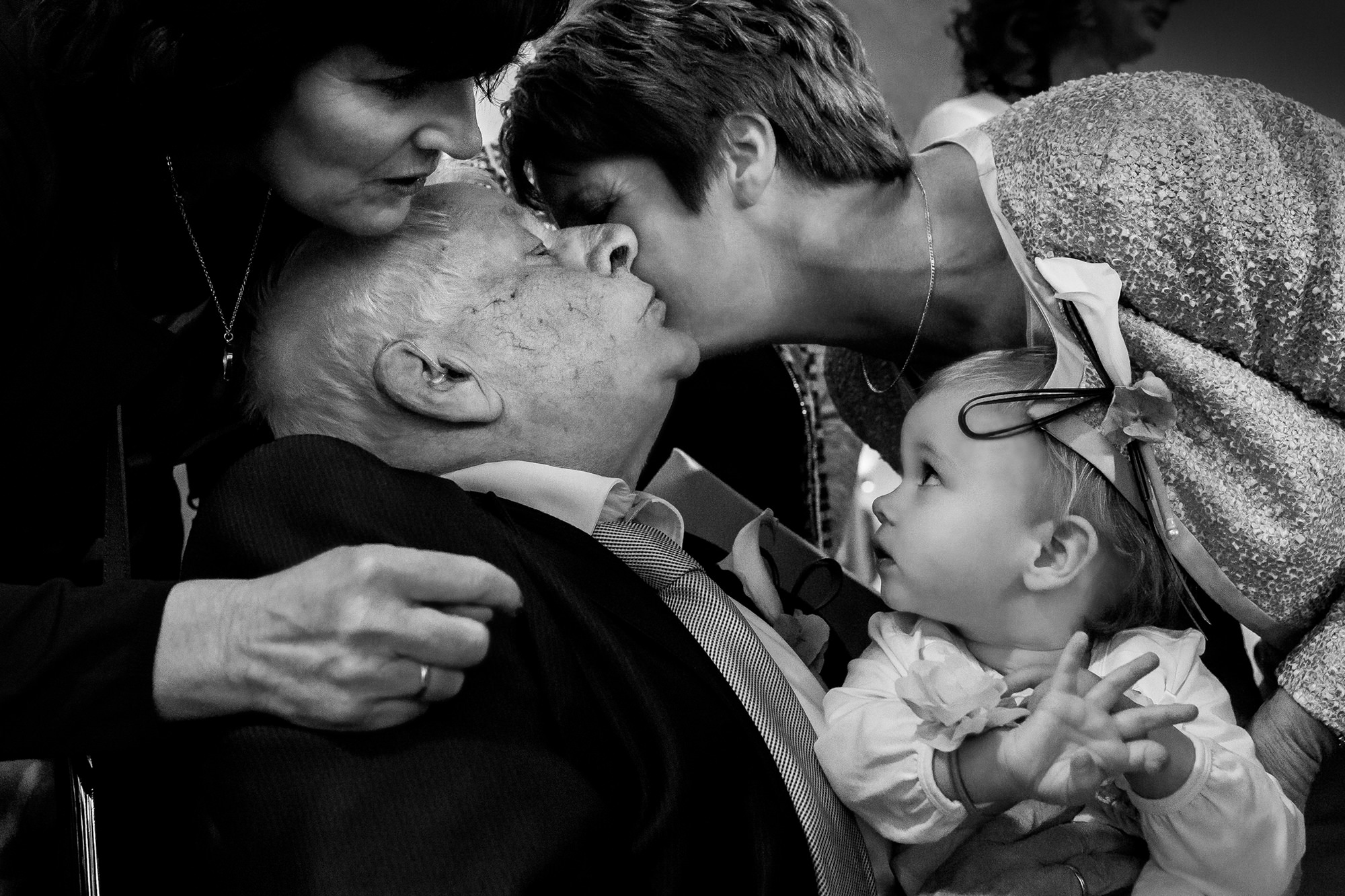 Family kiss with grandpa holding grandchild photo by Fotobelle: Isabelle Hattink