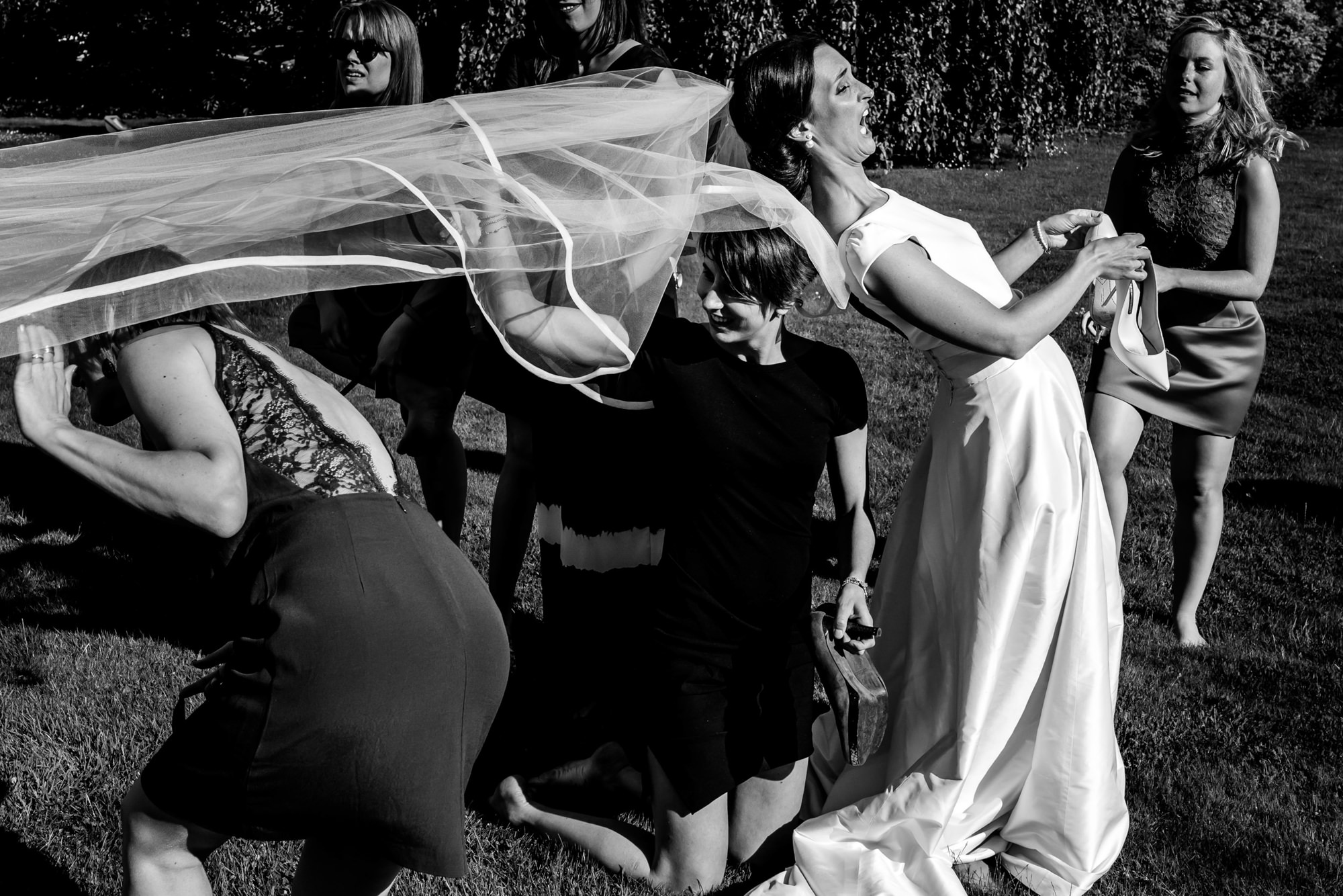 Bride loses control of veil - photo by Phillipe Swiggers