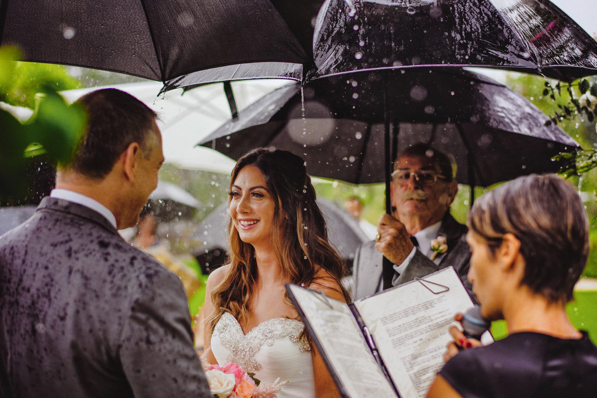 Rainy day wedding ceremony - photo by Fer Juaristi