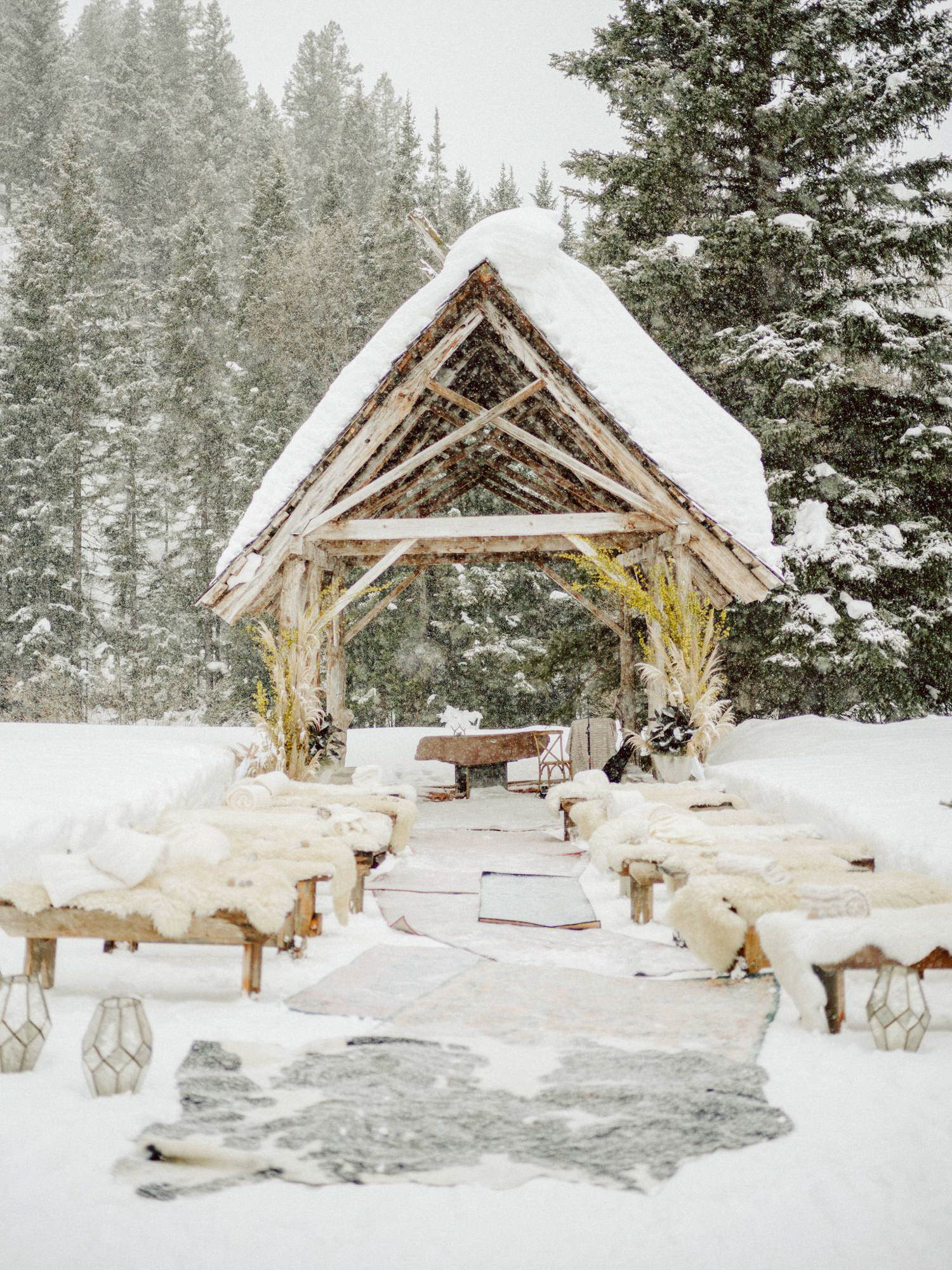 Out door snow ceremony decor - Photo by Benj Haisch - Seattle