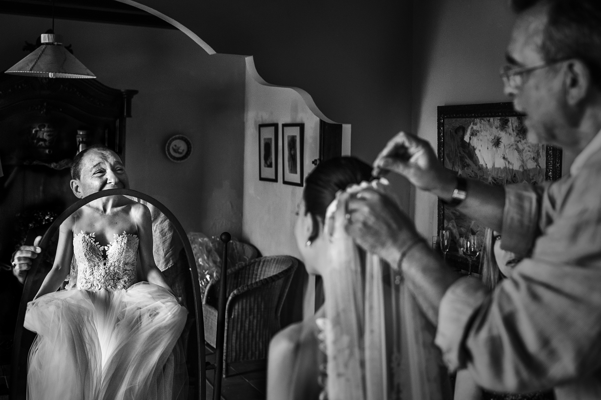 Dad holding mirror as bride gets ready - photo by Victor Lax
