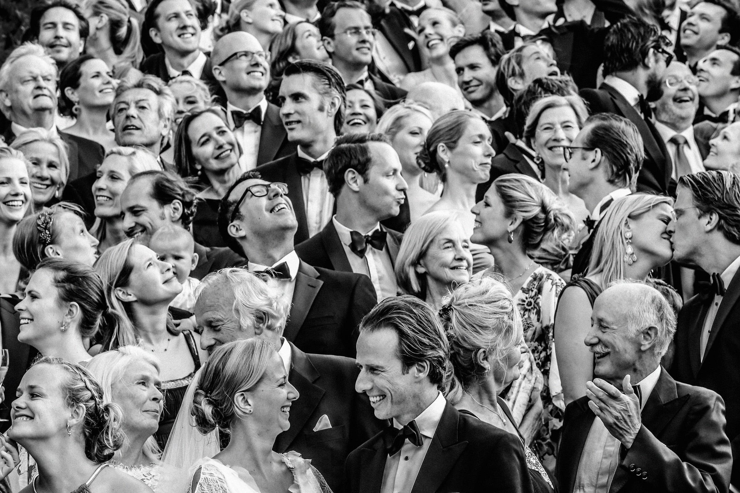 Large group photo of bride and groom with guests, by Franck Boutonnet