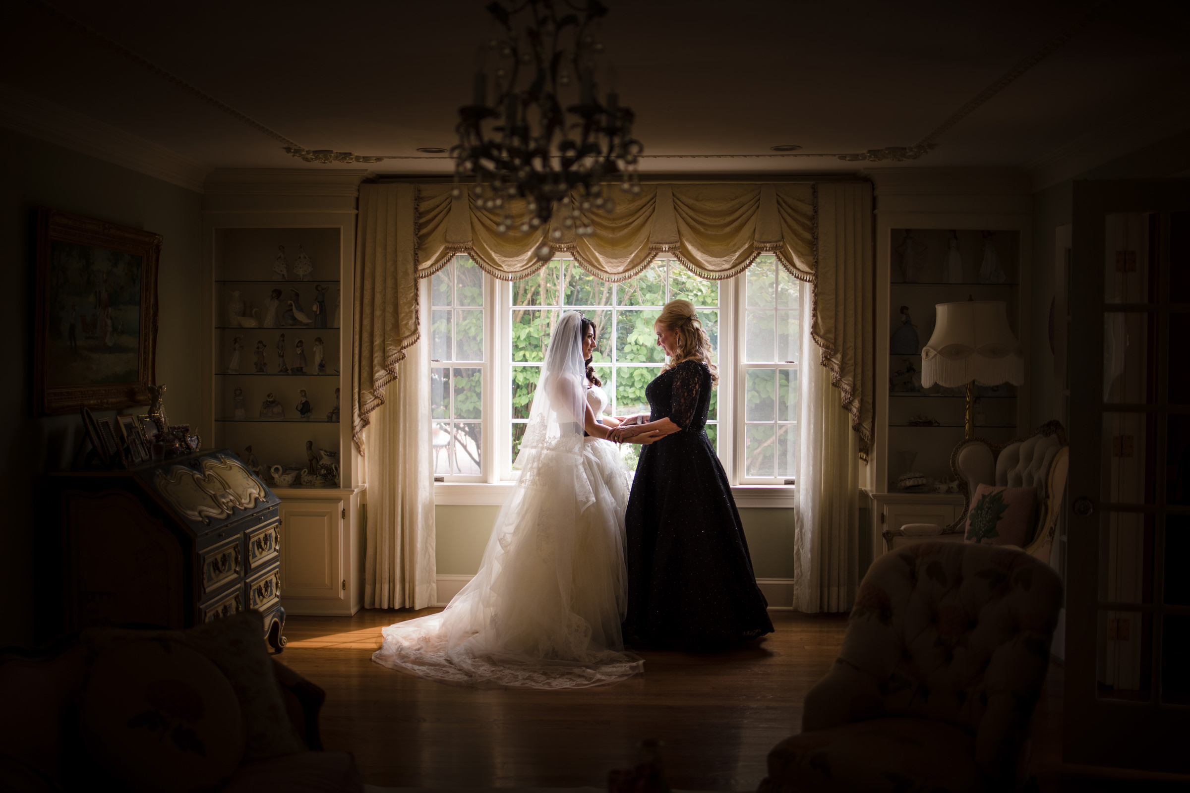 Bride and mom embrace - Photo by Susan Stripling Photography