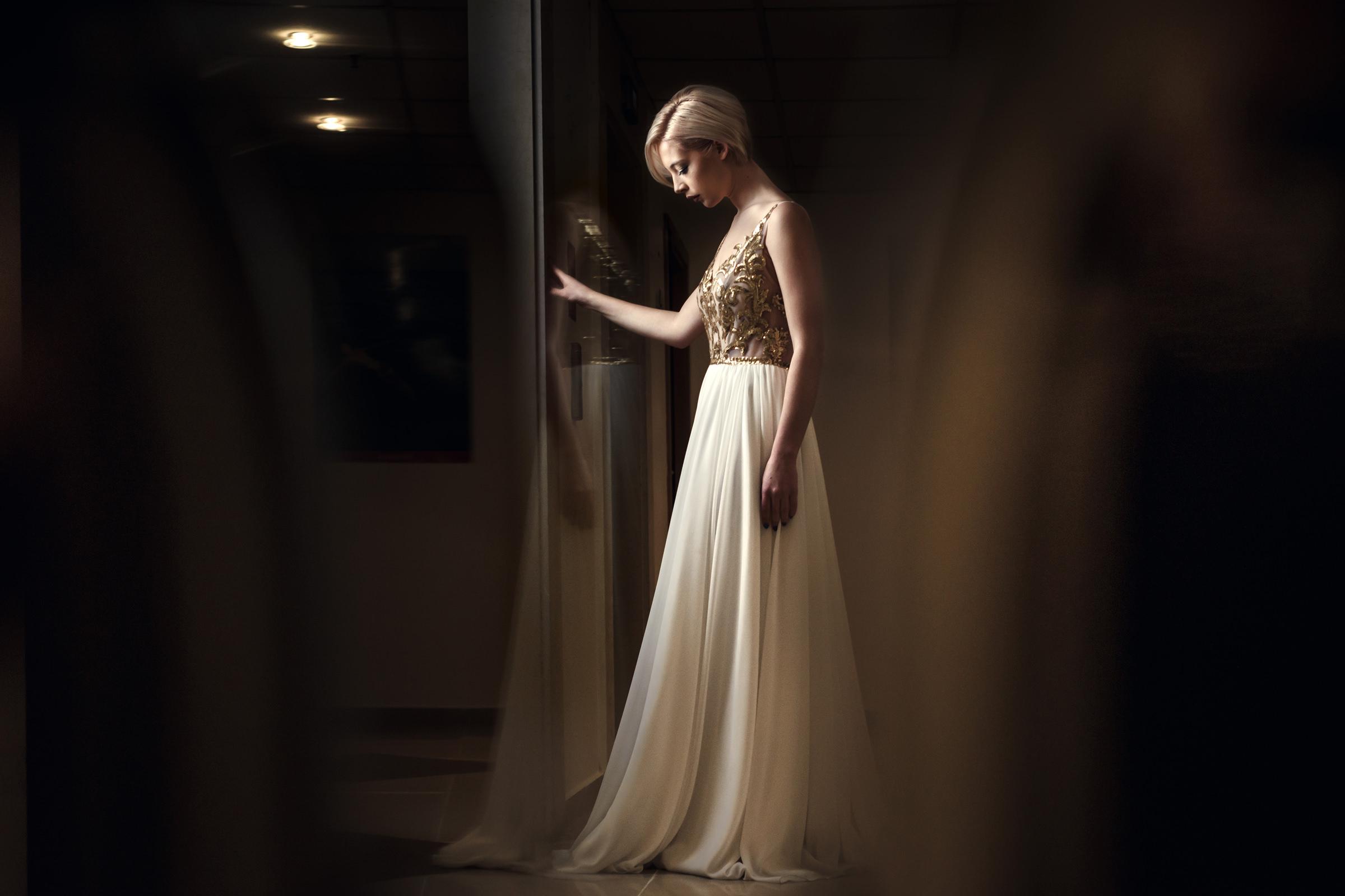 Contemplative bride in chiffon dress - photo by El Marco Rojo