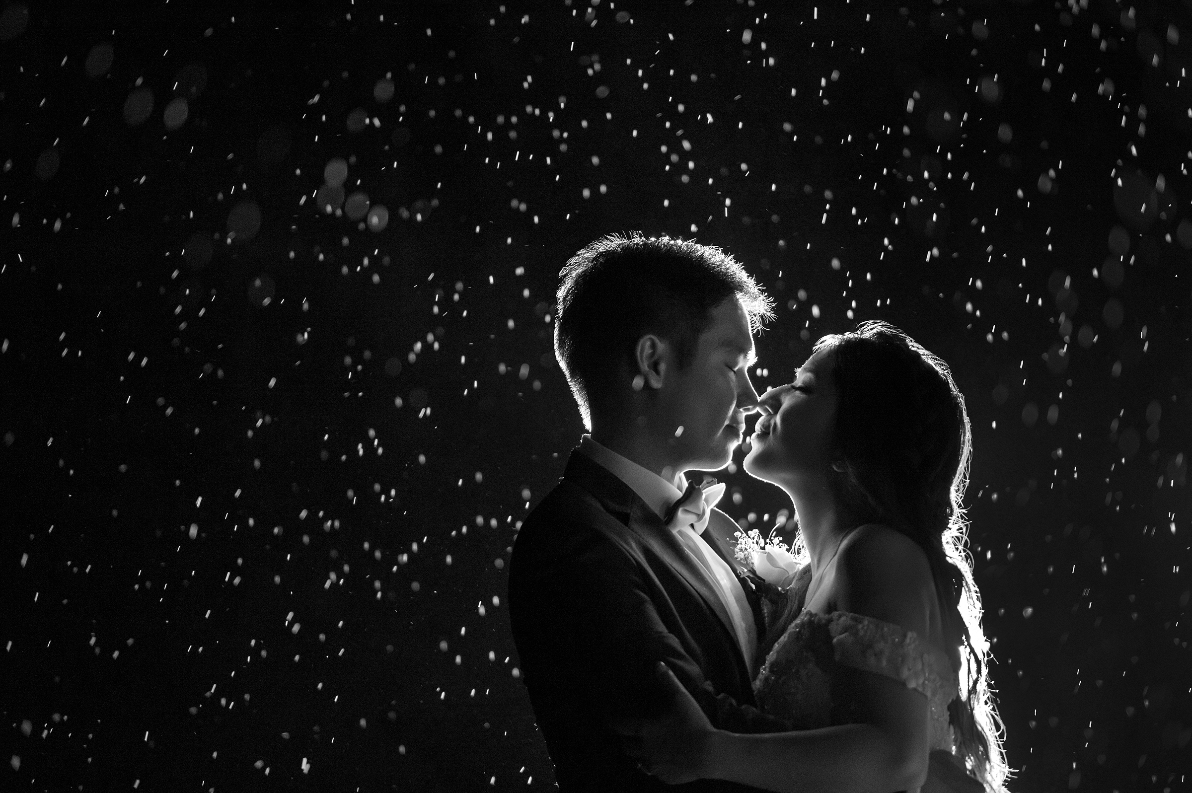 Couple kissing in the rain - photo by 37 Frames