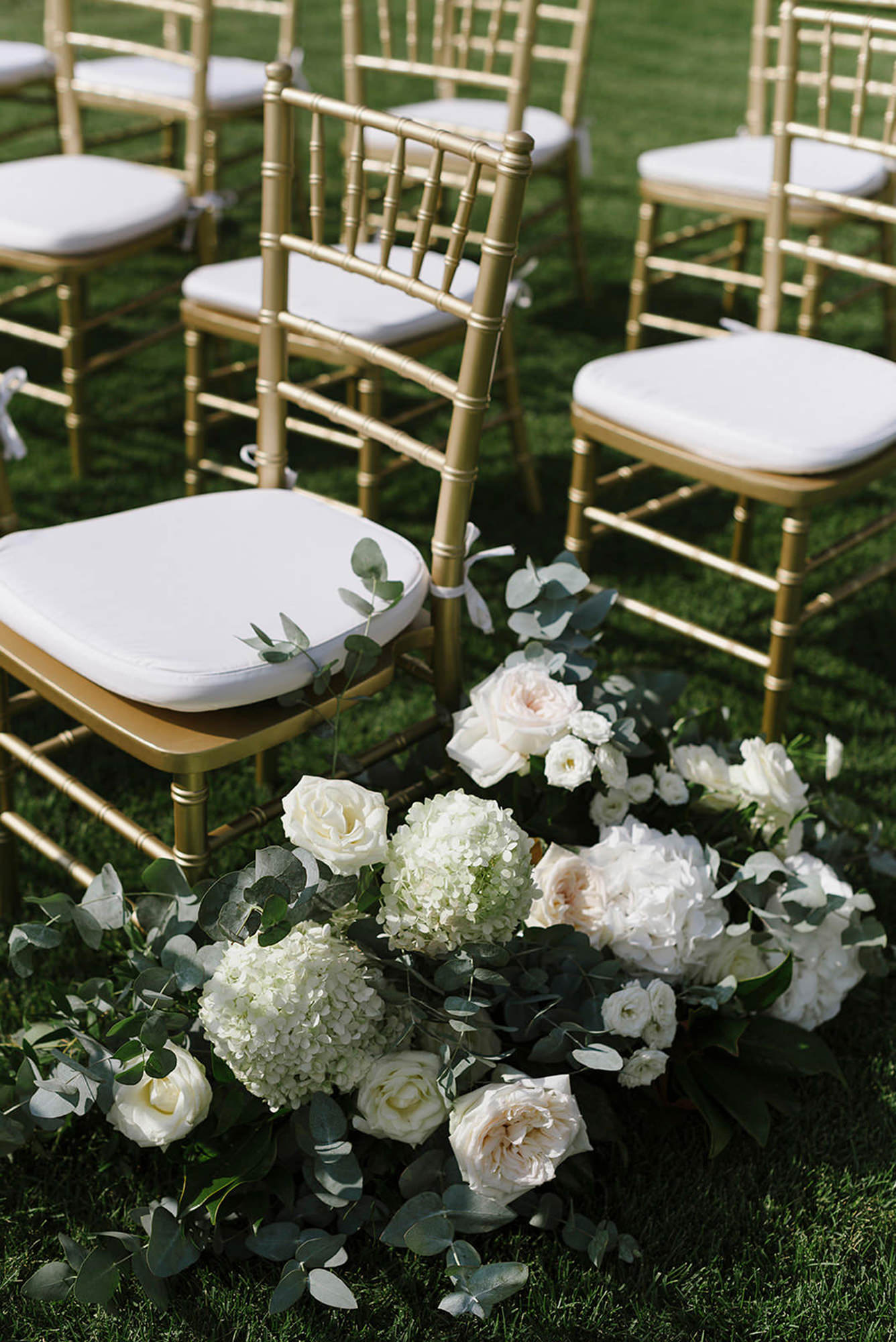 Aisle floral decor in white and blush, photo by Thierry Joubert