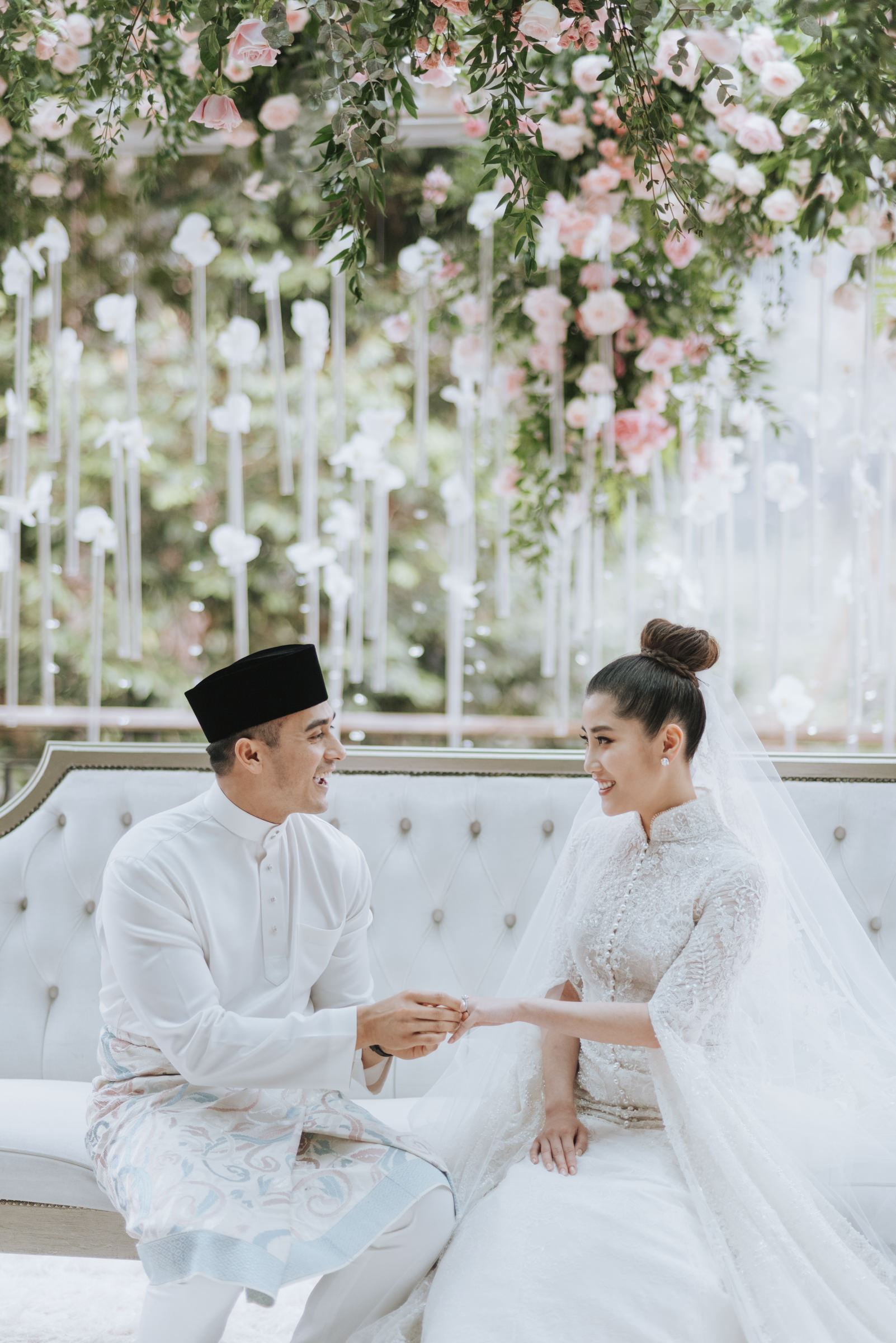 Malaysian bride and groom holding hands - Photo by MunKeat Photography Studio