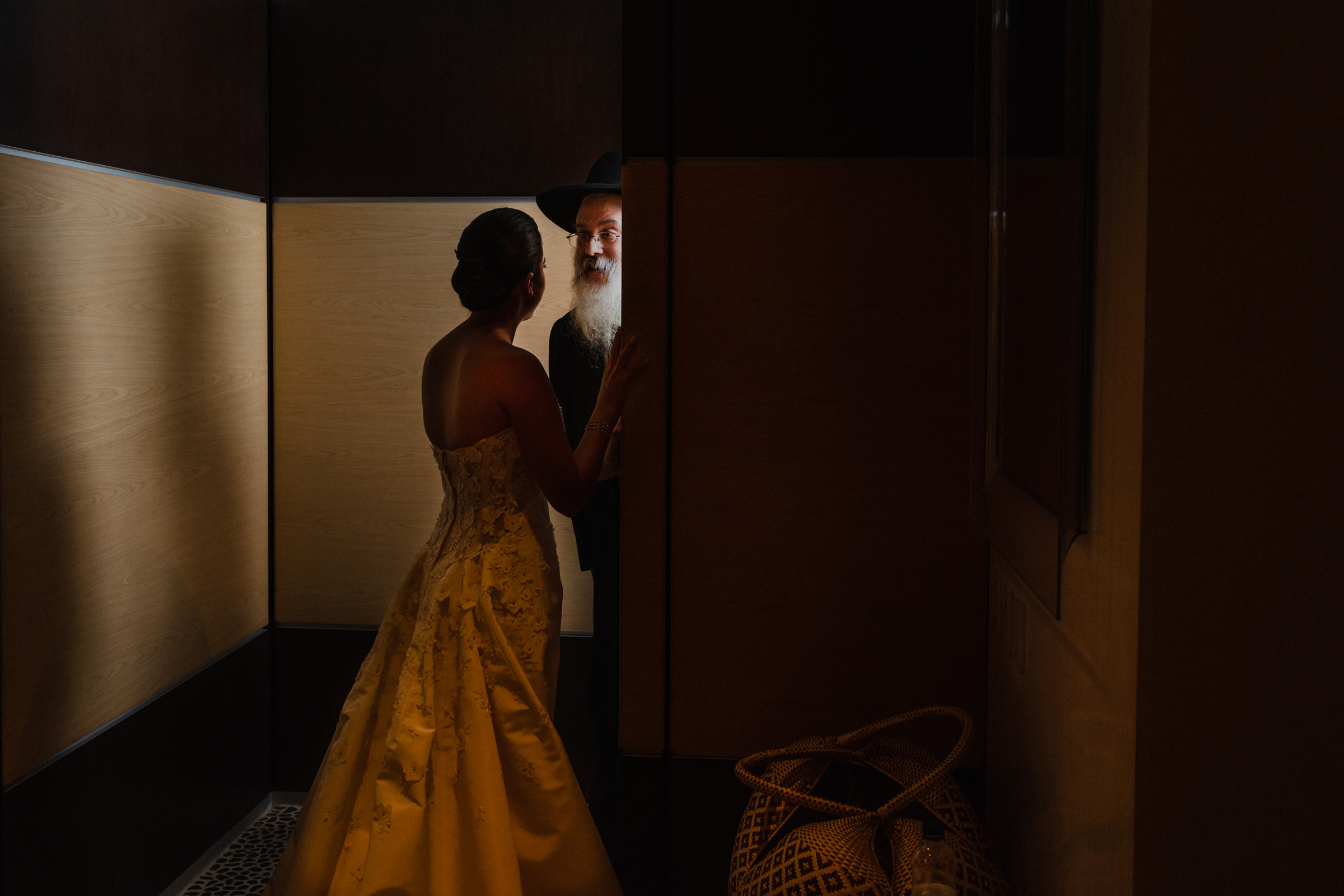 Rabbi has a quick word with bride before ceremony - photo by El Marco Rojo