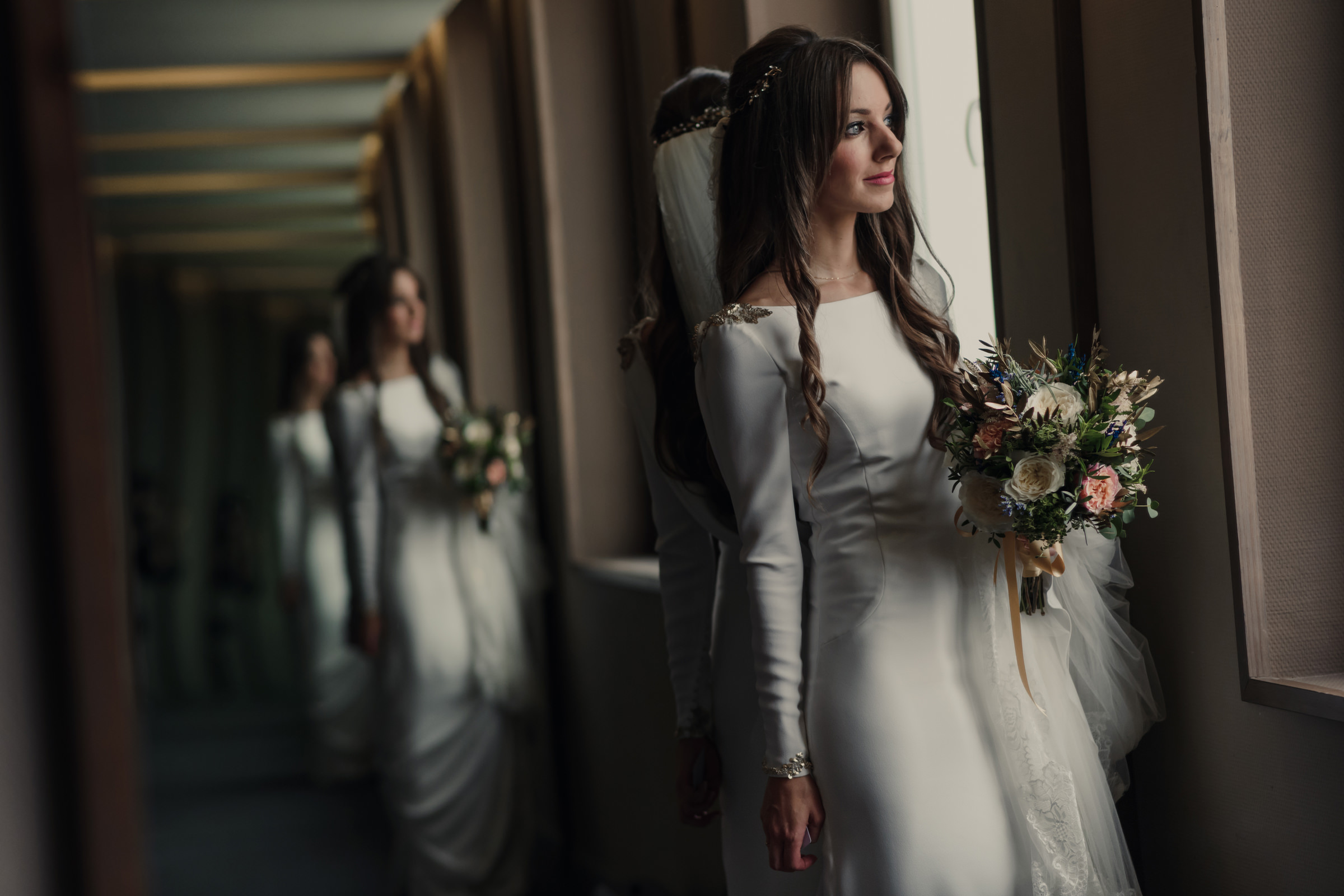 Triple reflection of bride with bouquet - photo by El Marco Rojo