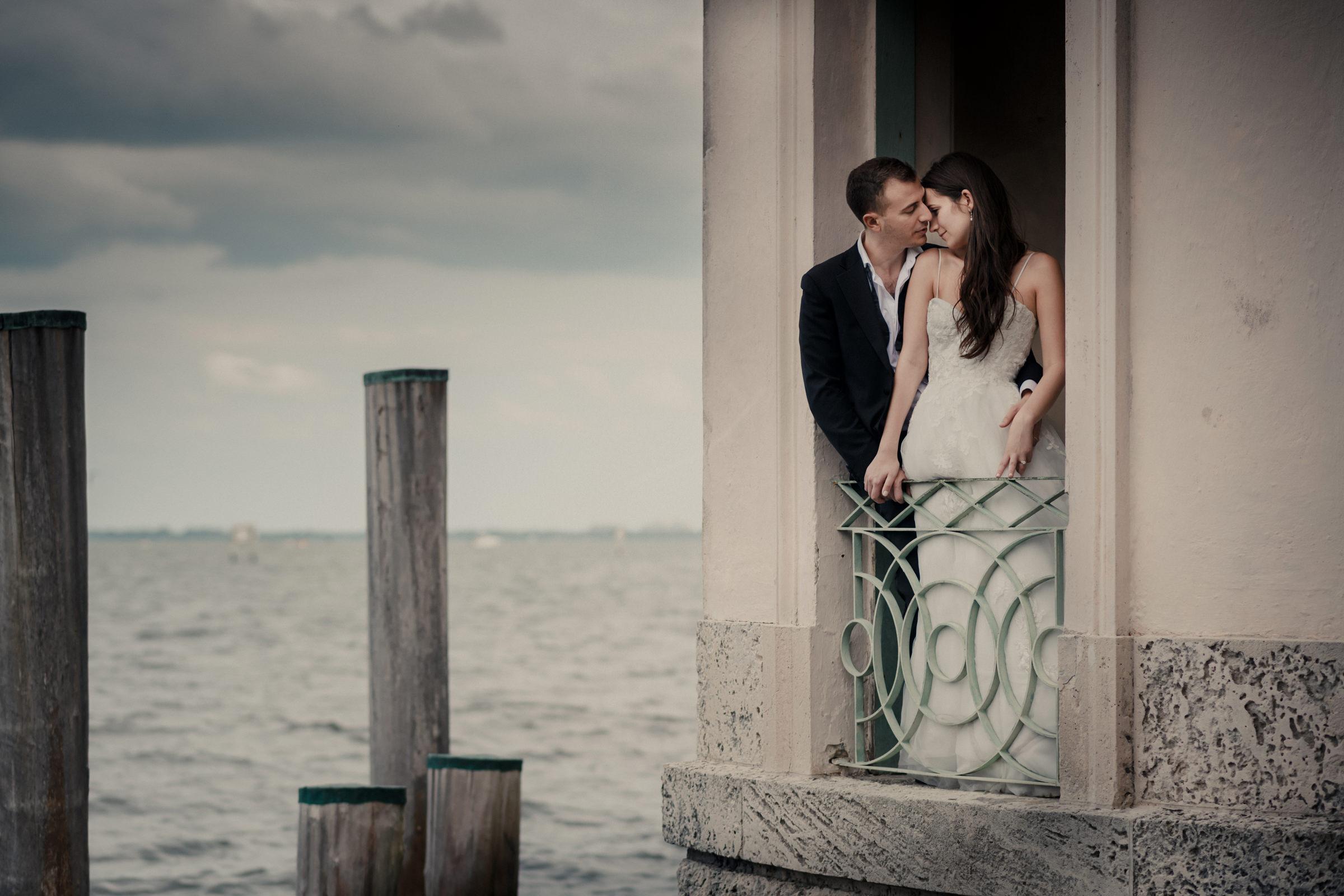Romantic waterfront couple portrait - photo by El Marco Rojo