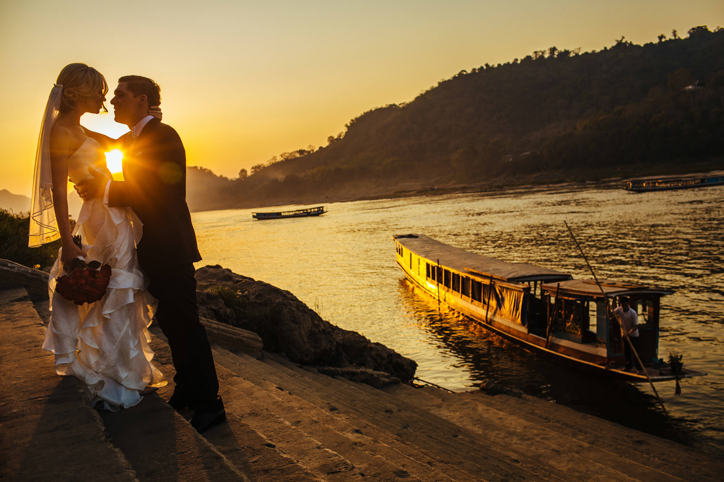 Sunset kiss - Photo by Wainwright Weddings