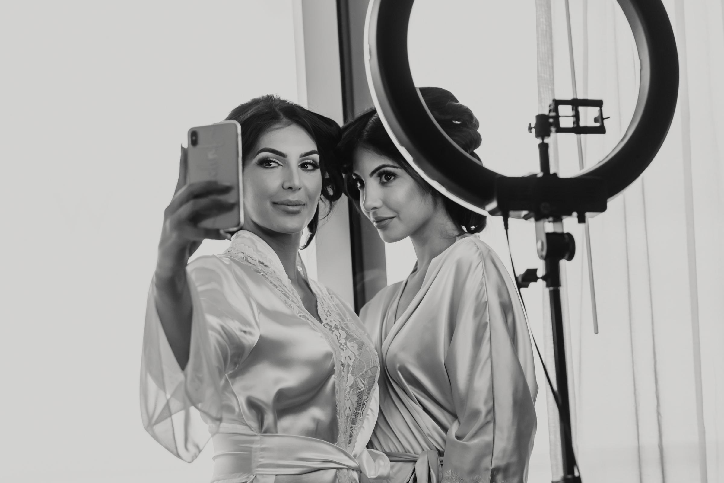 Twin sisters taking selfie with beauty light - photo by El Marco Rojo