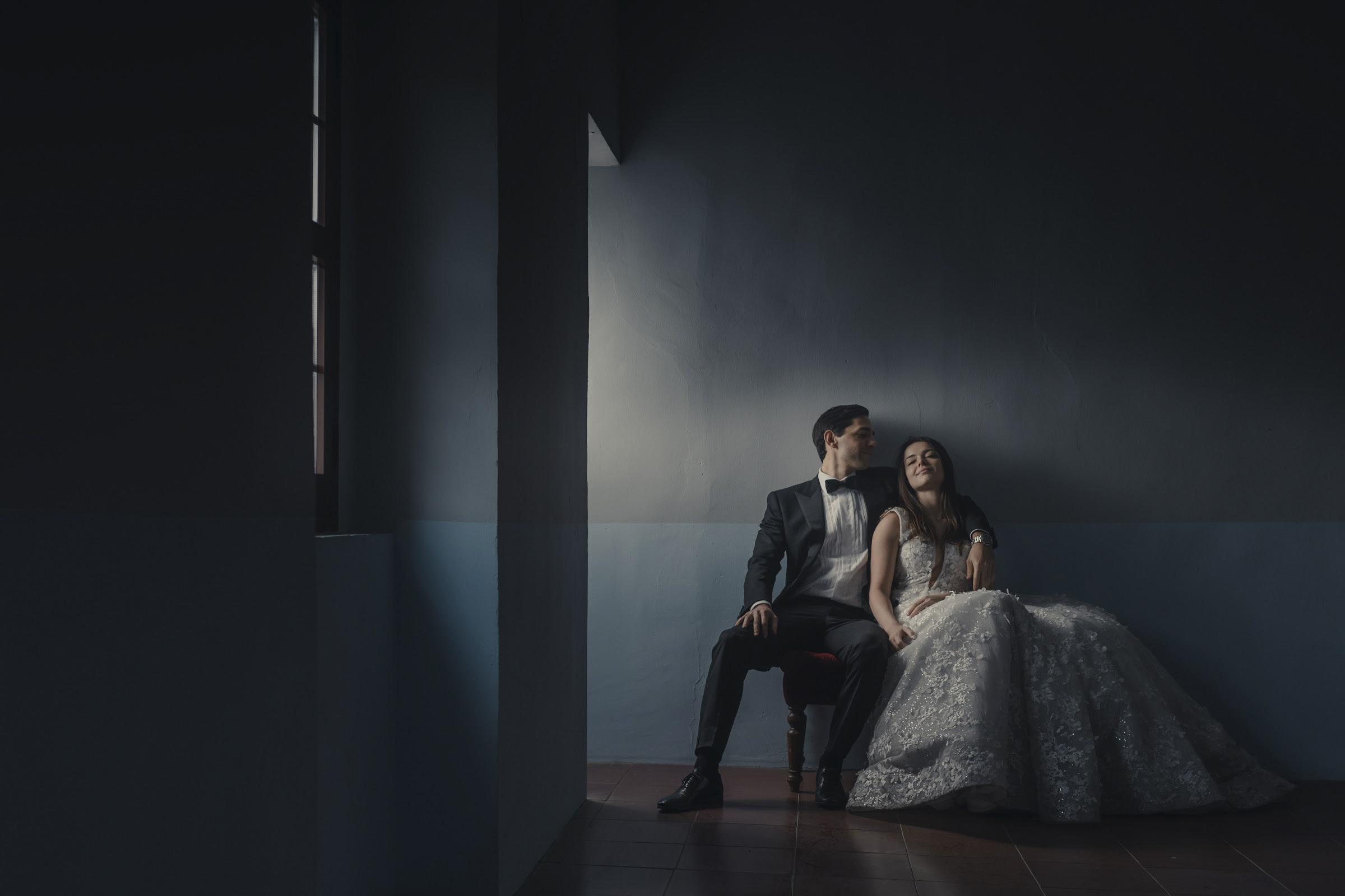 Window light portrait of couple - photo by El Marco Rojo