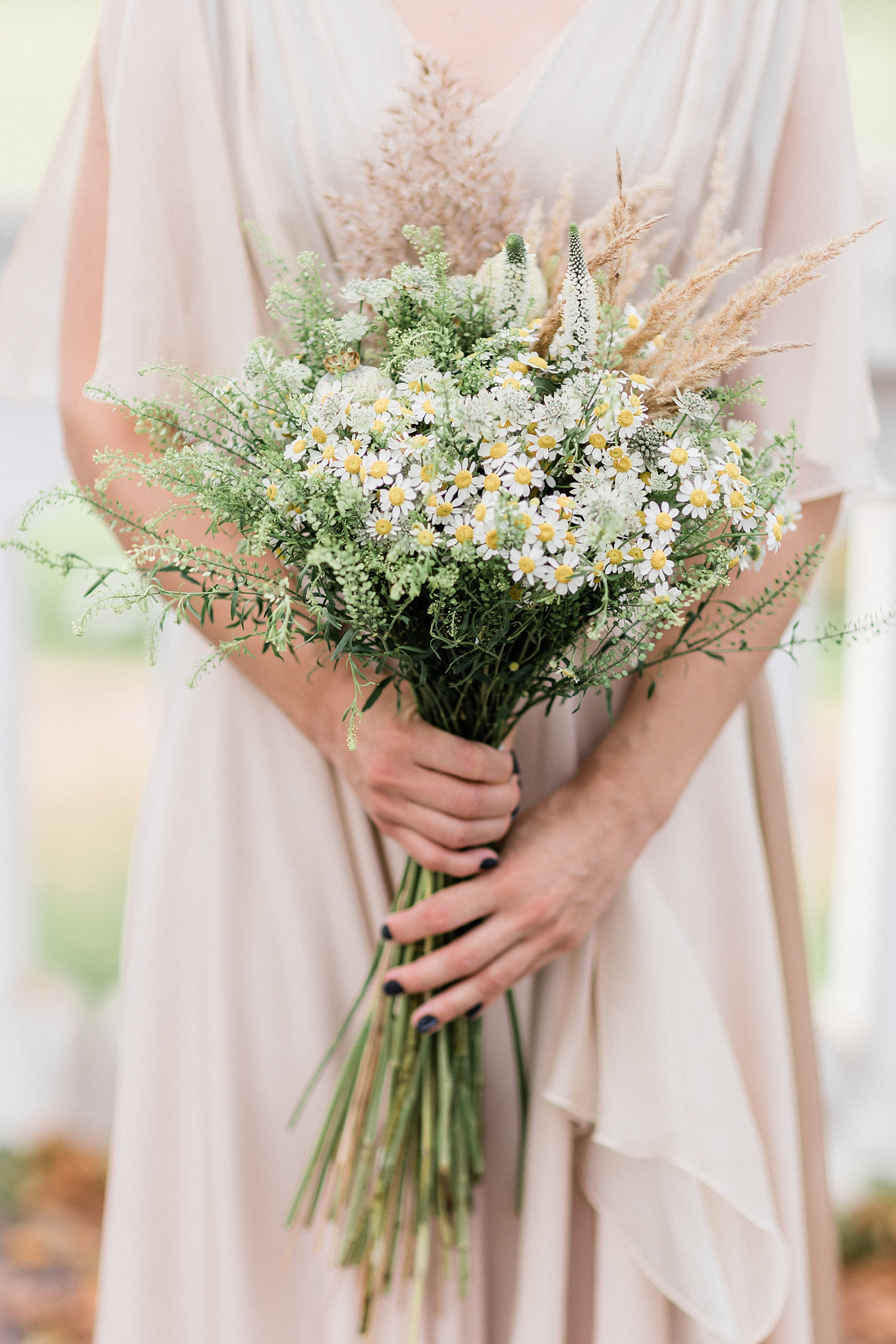 Bouquet of daisies, heather in white green and beige - photo by Jurgita Lukos Photography