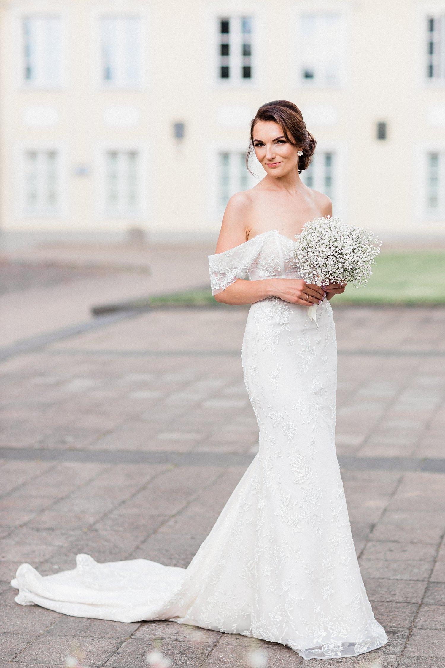 Elegant bride pose with bouquet - photo by Jurgita Lukos Photography