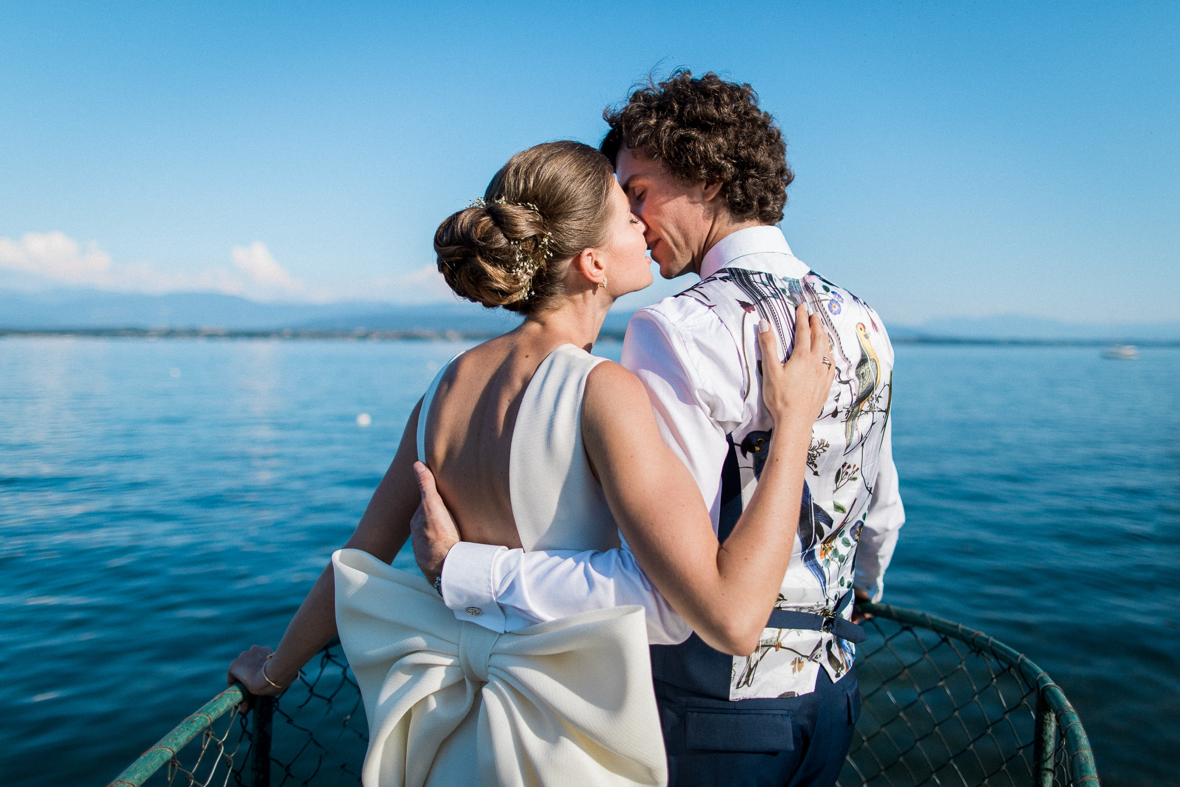 kiss on the prow of a boat - photo by Sylvain Bouzat Wedding Photographer