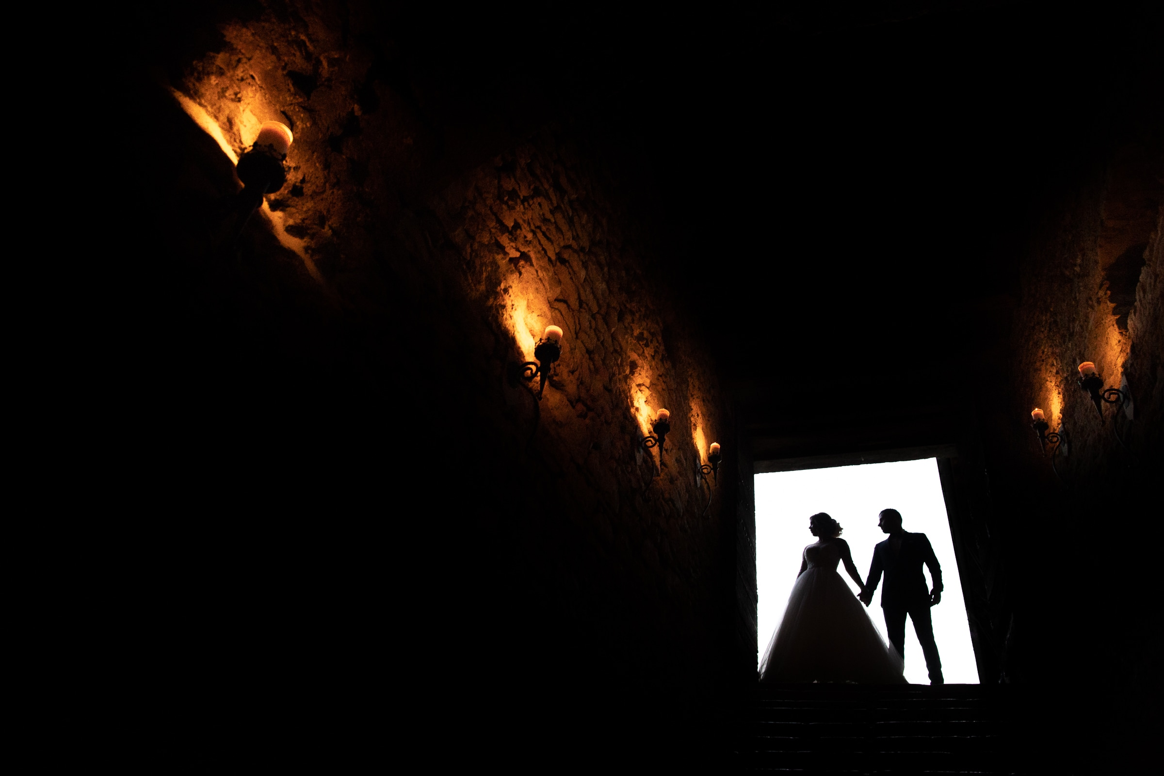 Silhouette couple in entrance - photo by Sylvain Bouzat Wedding Photographer