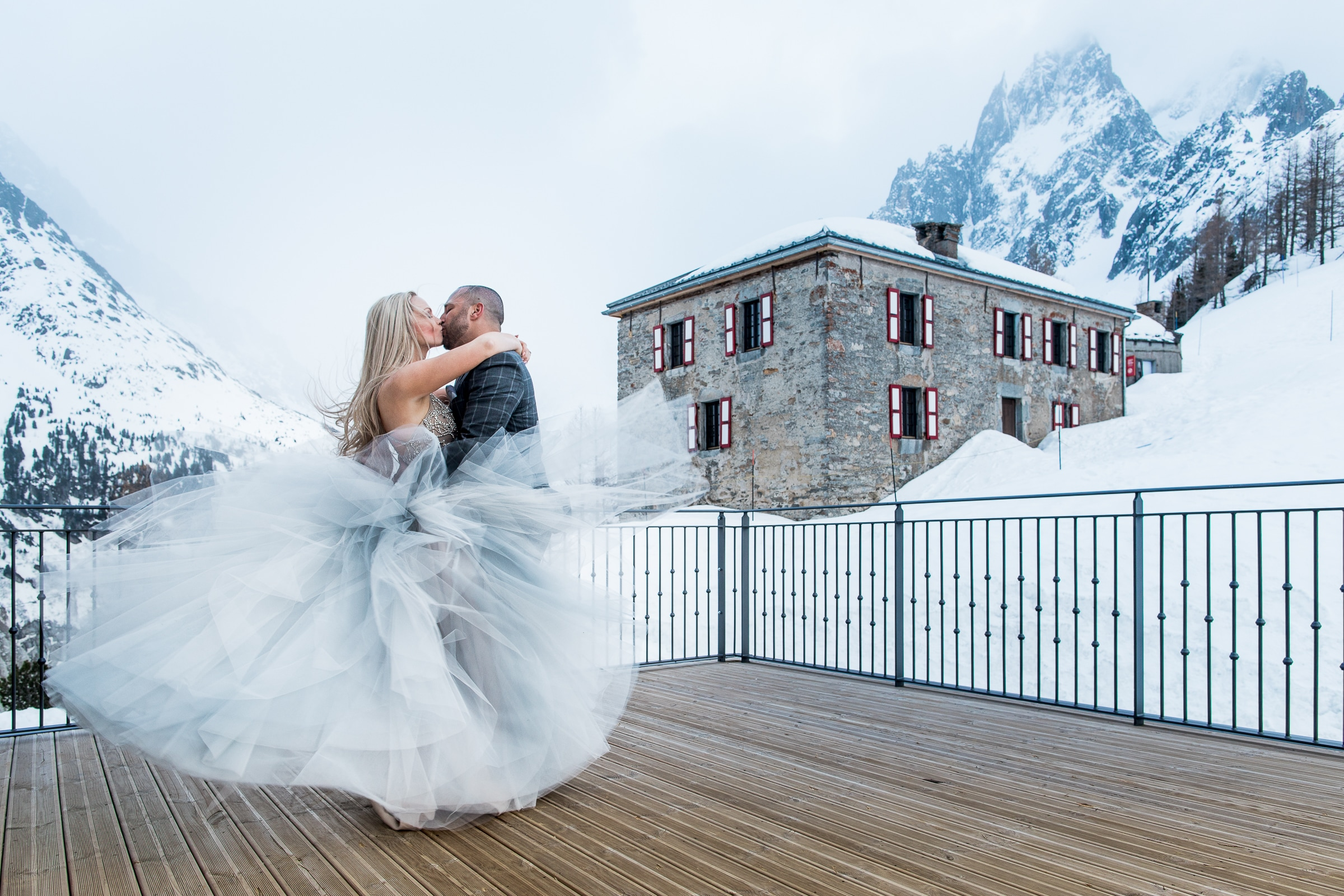 Tulle bride in the winter wind - photo by Sylvain Bouzat Wedding Photographer