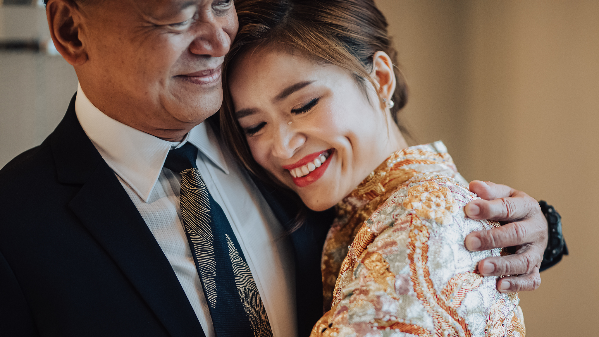 Bride crying on her father's shoulder - photo by Edwin Tan Photography