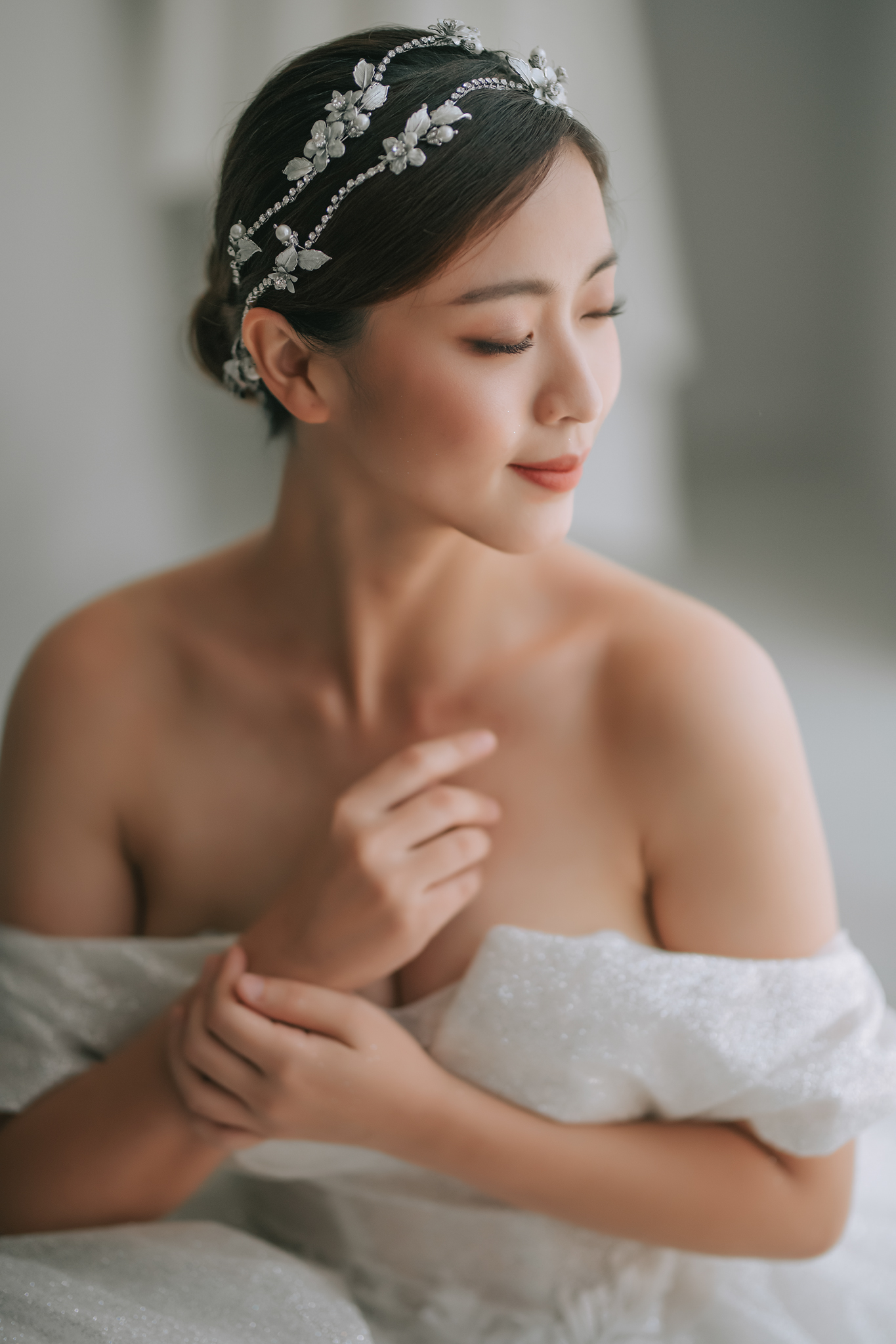 Bride with crystal flower headpiece - photo by Edwin Tan