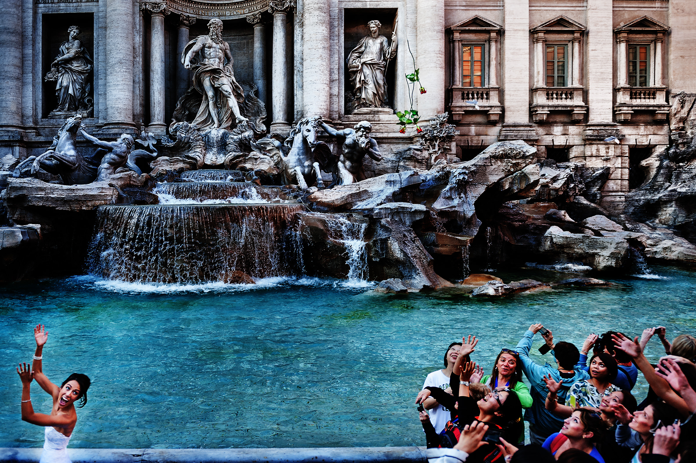 Bouquet toss at trevi fountain - photo by D2 Photography