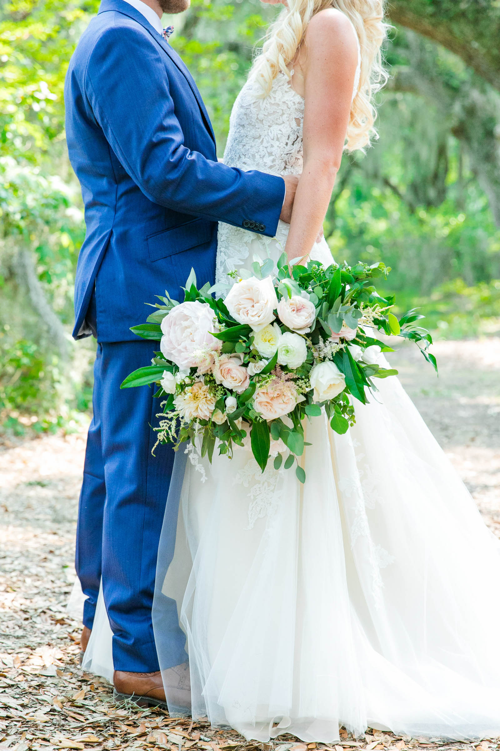 Couple portrait with bouquet - photo by Dana Cubbage Weddings