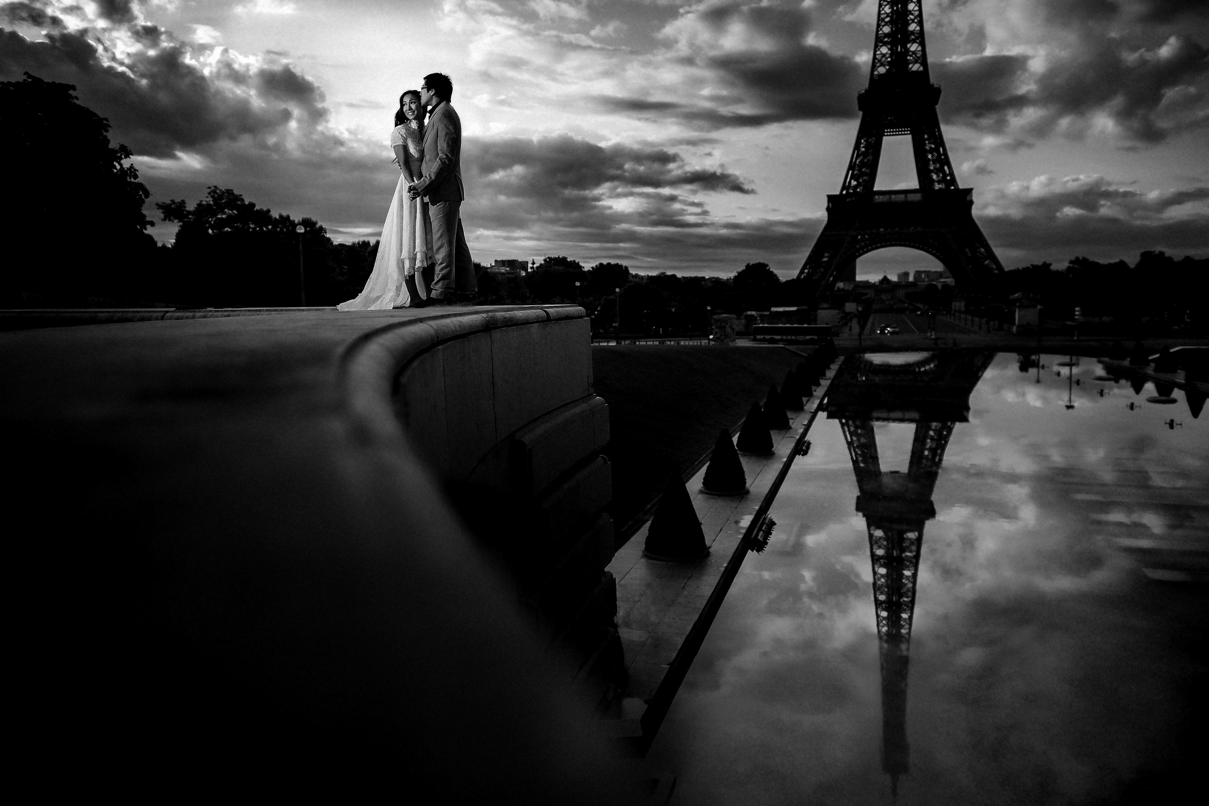 Elegant couple portrait against Eiffel Tower reflected - photo by Matei Horvath Photography