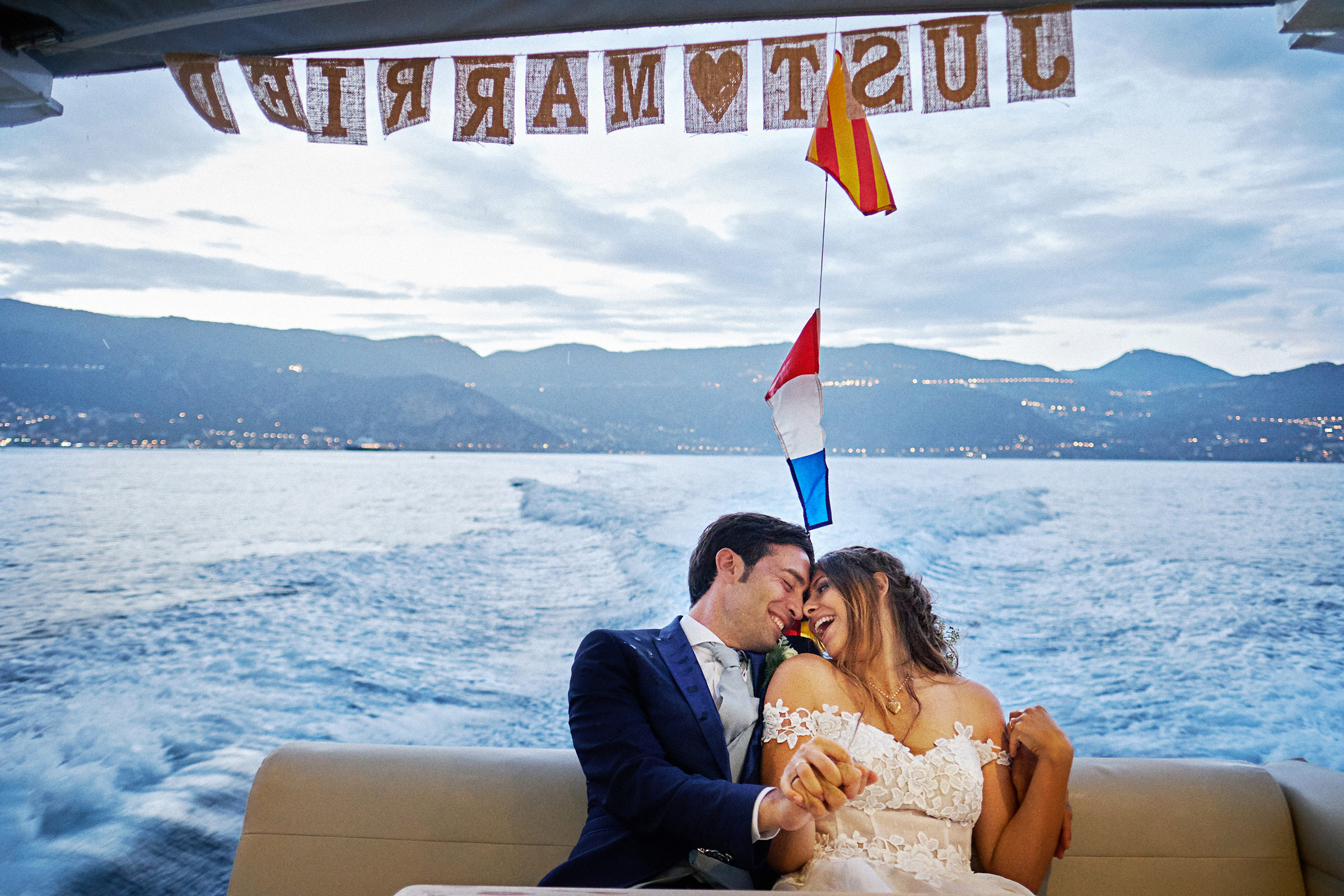 Couple exist by Just Married boat - photo by Andrea Bagnasco Fotografie