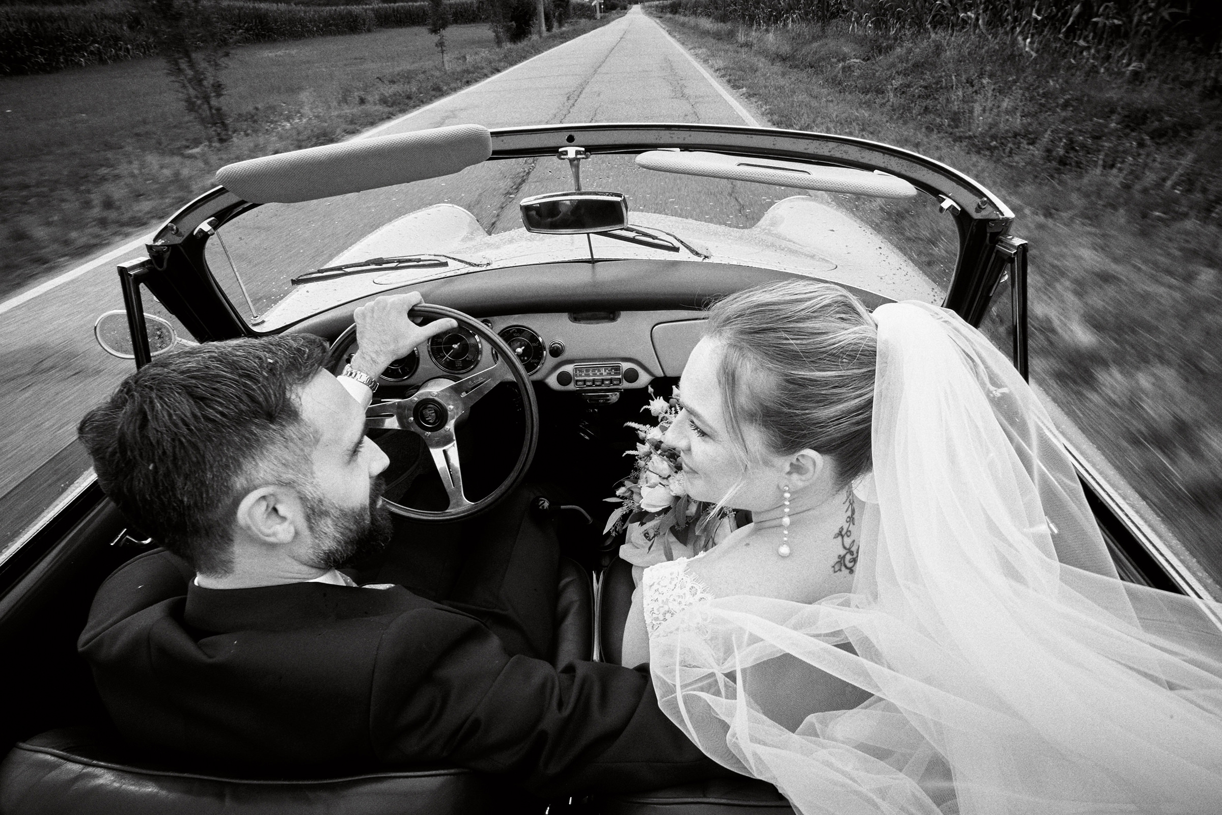 couple in limo on country road - photo by Andrea Bagnasco Fotografie